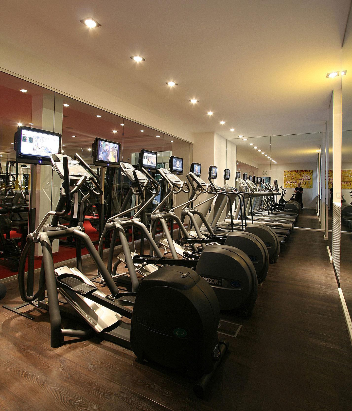 Das Workout im Cardiobereich findet auf einem großformatigen Dielenparkett statt.