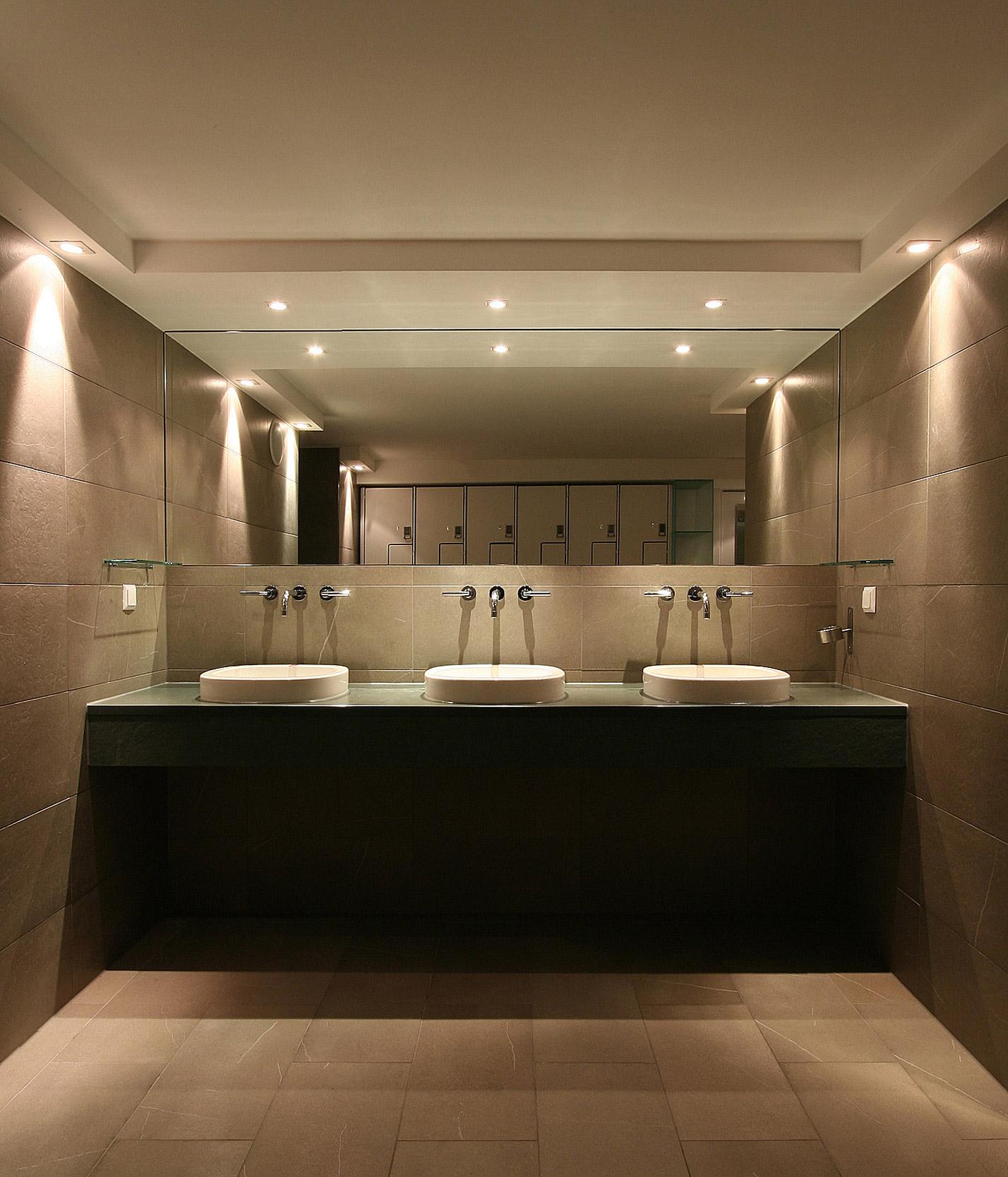 Die Waschtischanlagen sind minimalistisch gestaltet und exklusiv ausgestattet.