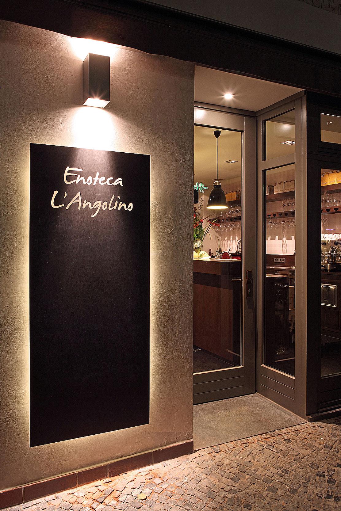 Der Eingangsbereich des Restaurants mit der Speisekarte aus Schiefer