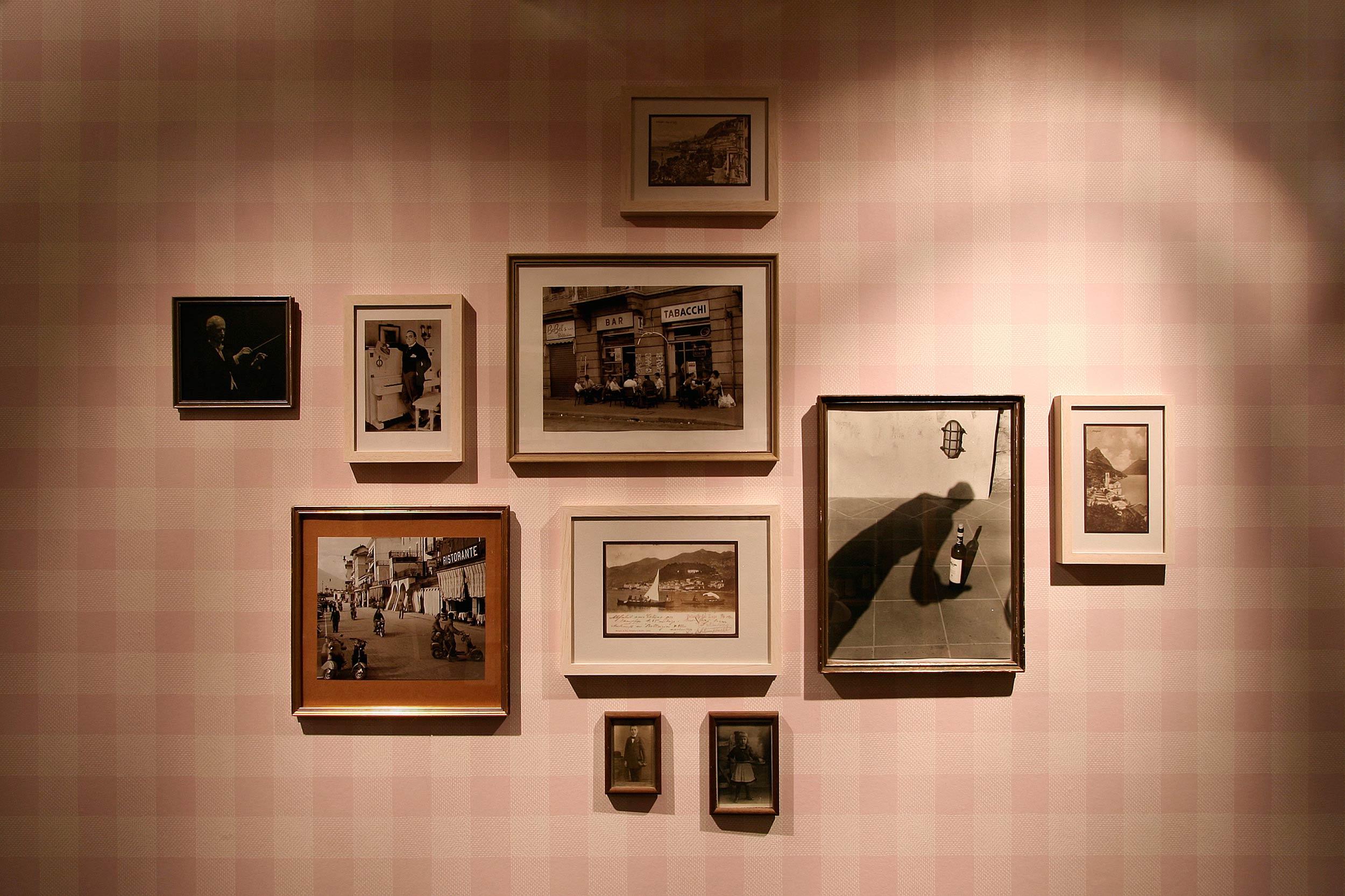 Die Bilderwand mit privaten Fotos der Betreiber