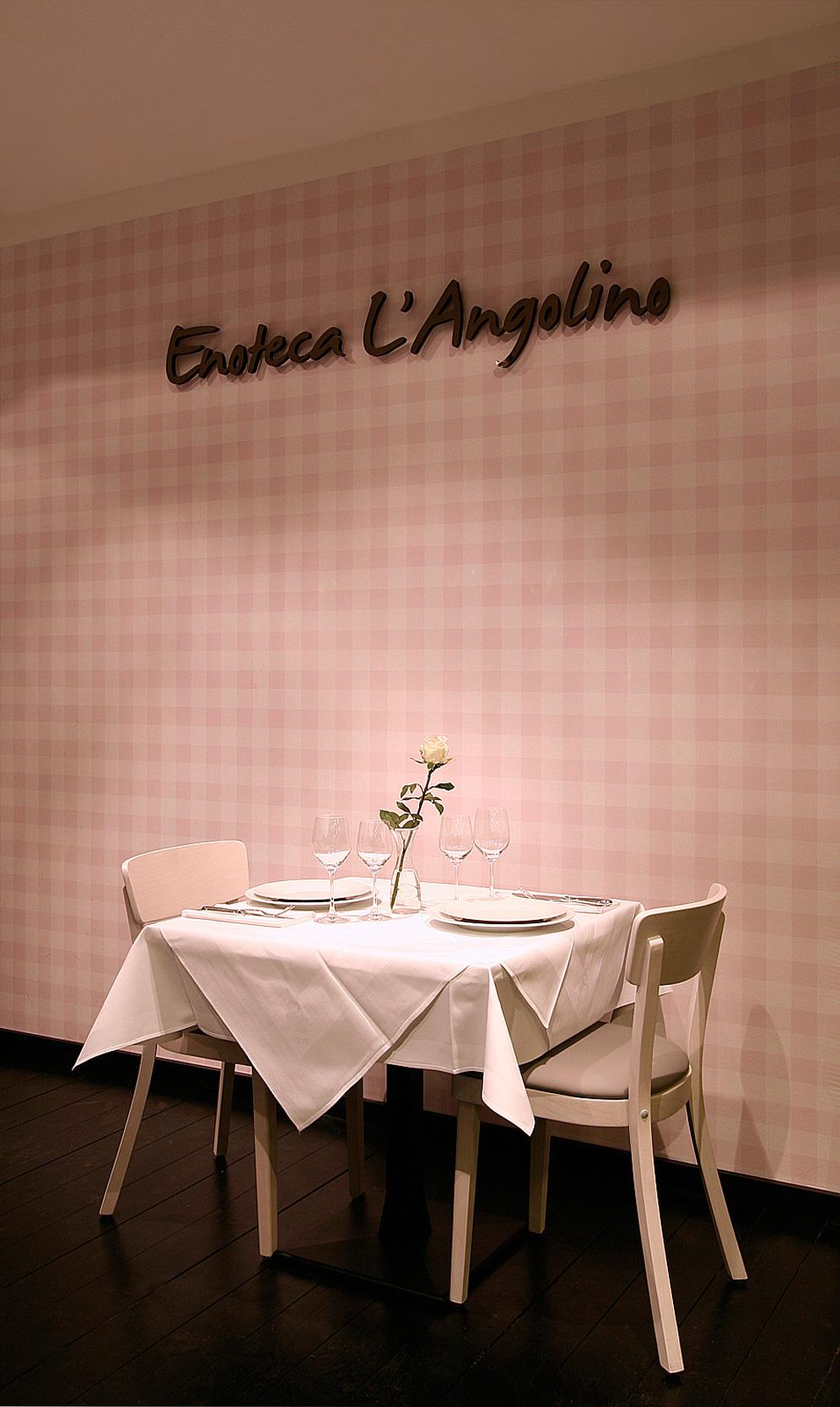 Die Wandtapete des Restaurants ist ein Eigenentwurf im Tischdecken-Muster