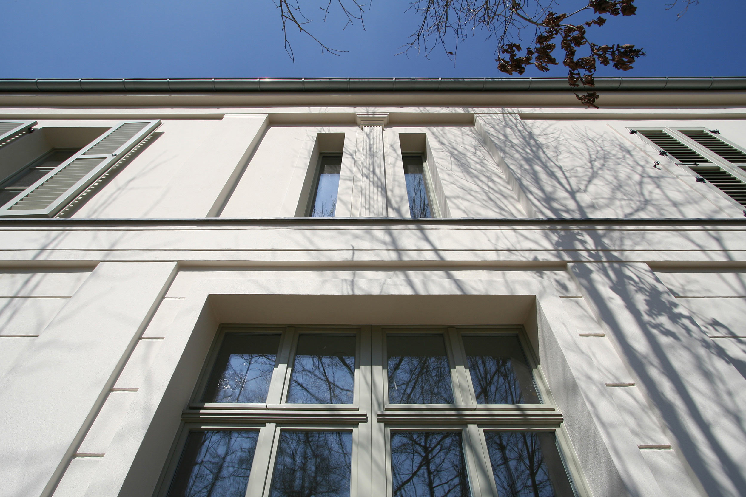 Auf der Gartenseite wiederholt sich das Säulenmotiv vom Eingang mit flachem Pilaster.