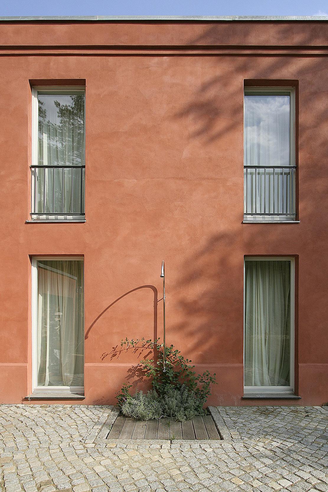 Die Außenwände besitzen ihre Lebendigkeit durch den handwerklichen Auftrag des Putzes.