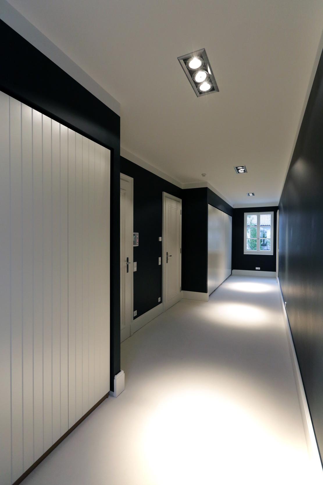 Begehbares Schrankzimmer mit Wandeinbauten - Klassizistische Villa