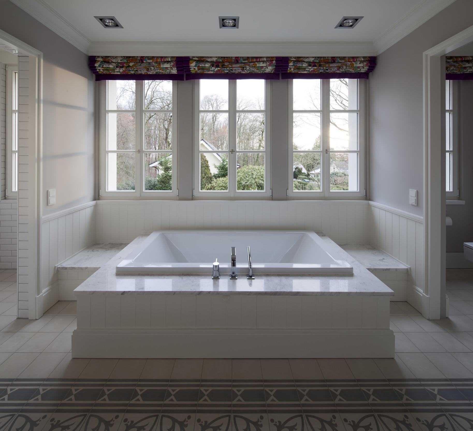 Badewannen-Podest mit Gartenblick - Neubau einer klassizistischen Villa