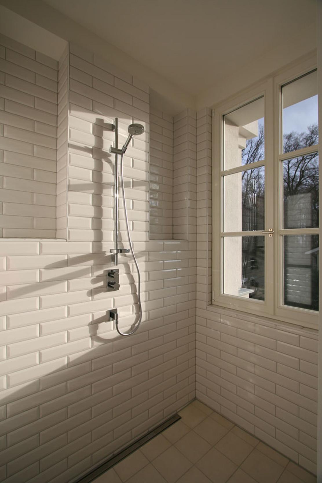 Stylisches Duschbad mit Metrofliesen – Neubau einer klassizistischen Villa