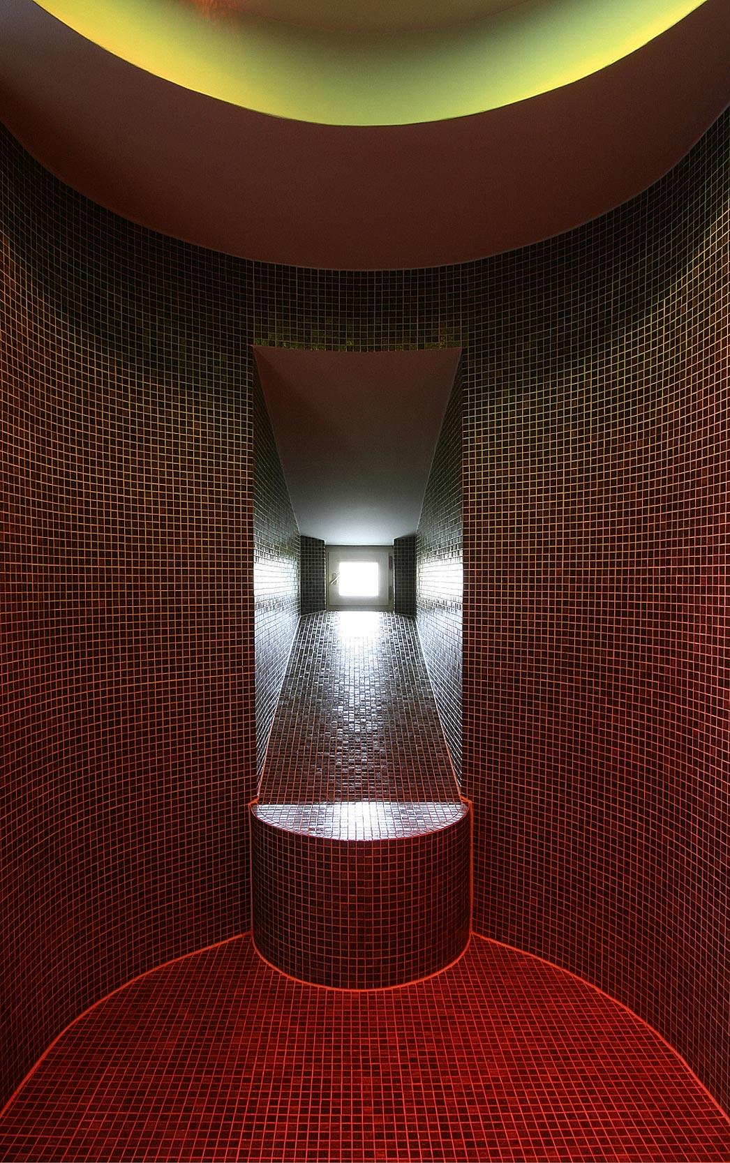 Die Dusche im Masterbad ist geräumig und hat eine ovale Form.