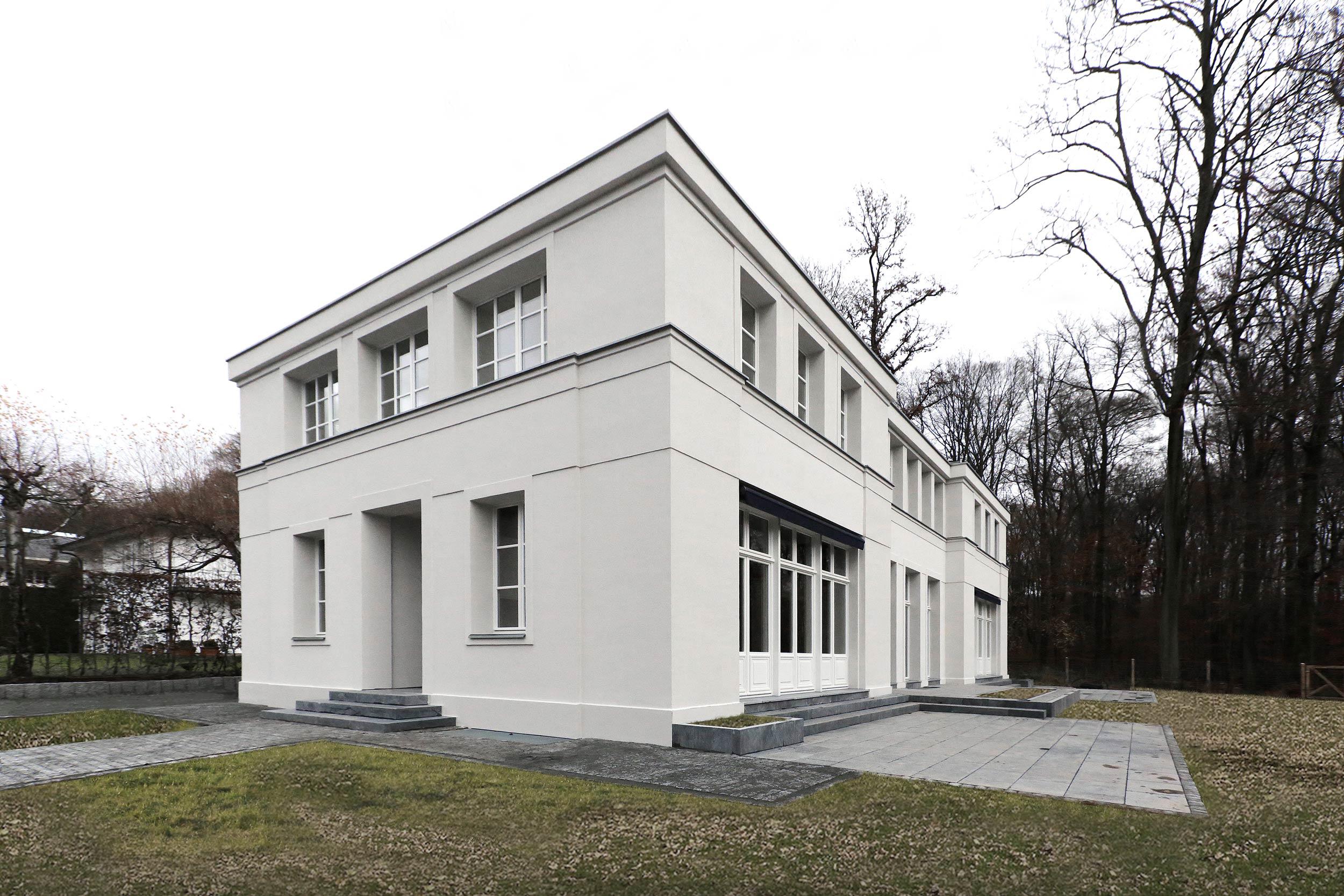 Das Eingangsportal mit Porch und vorspringendem Mittelrisalit