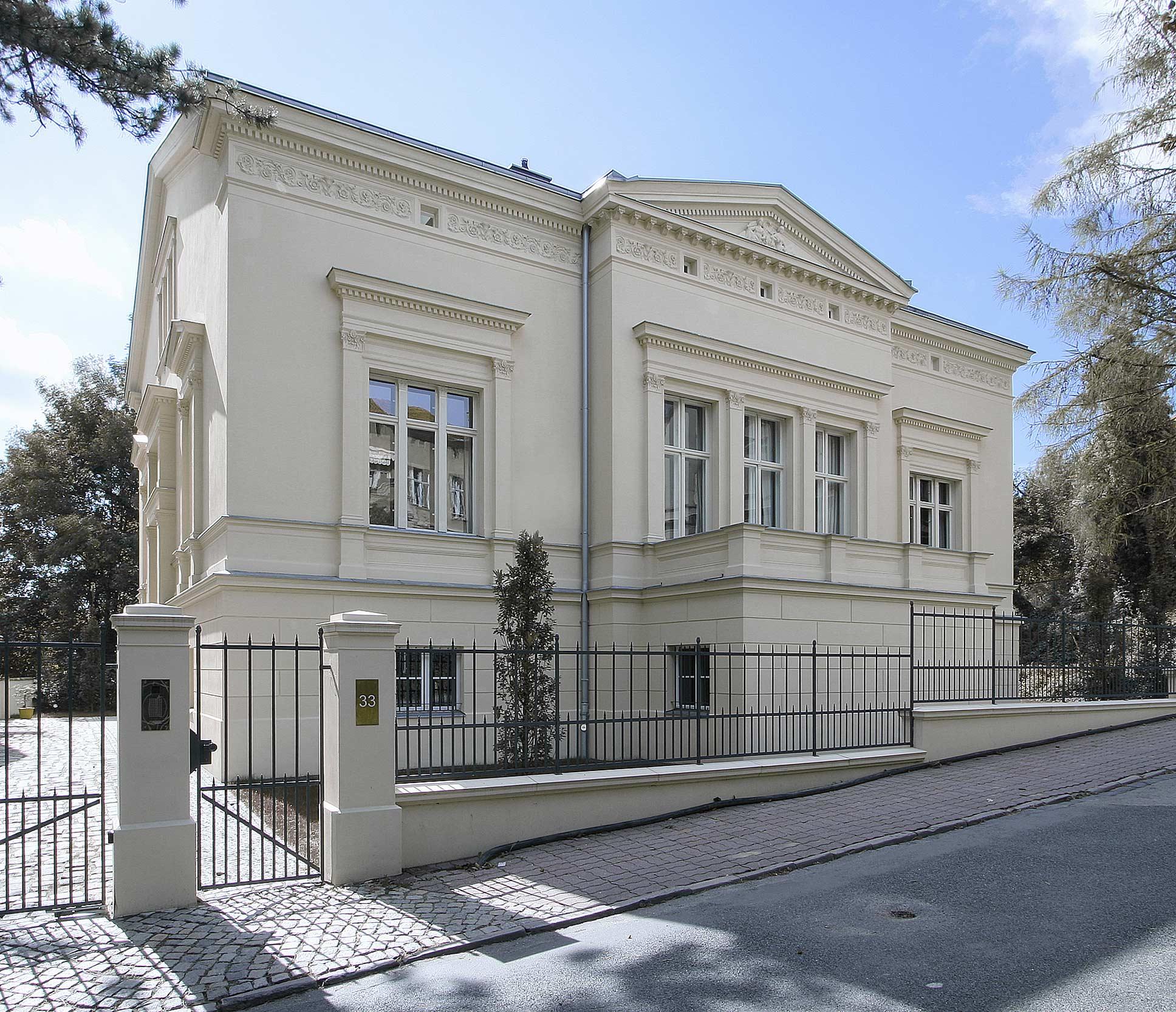 Die Straßenfassade mit klassischem Mittelrisalit und Giebeldreieck