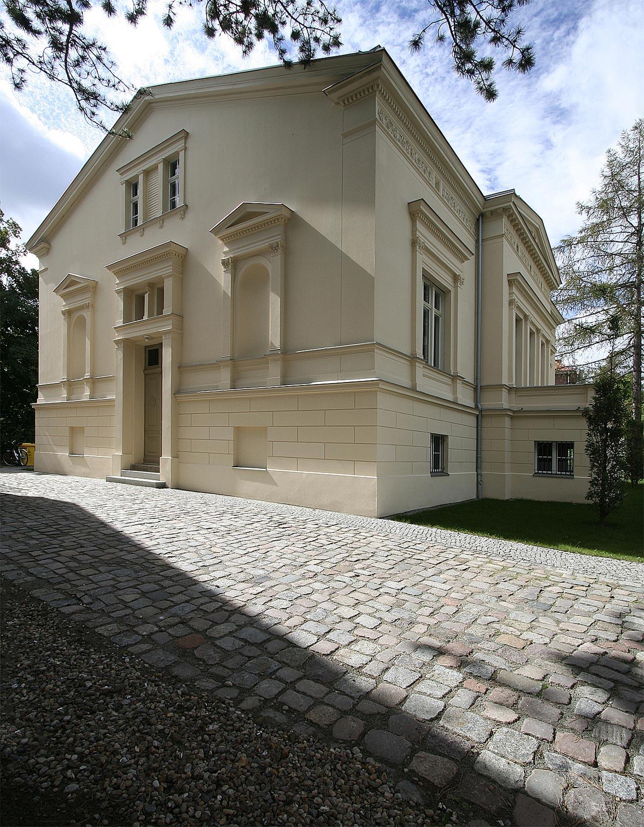 Der Haupteingang an der Giebelseite mit seitlichen Skulpturennischen.