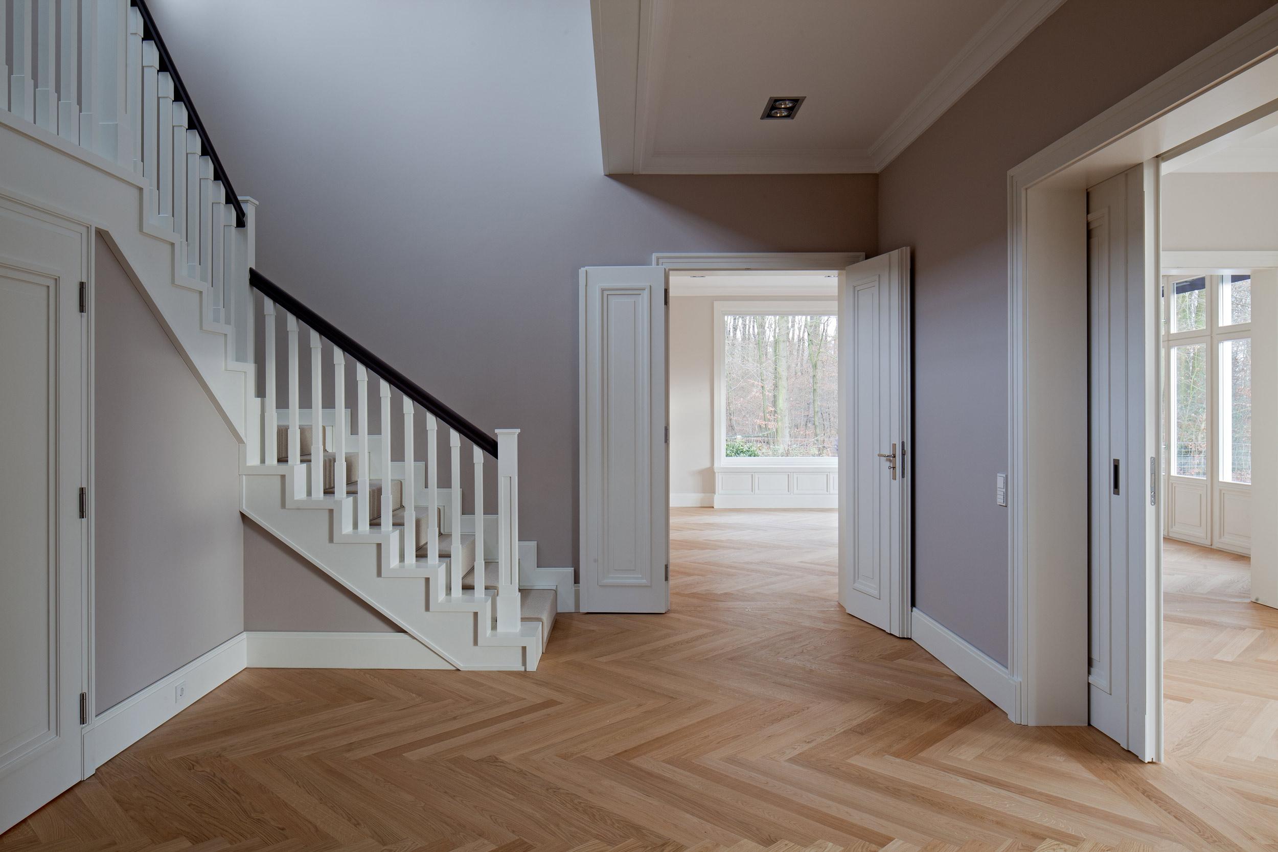 Kassettierte Doppeltüren und Schiebetüren – Neubau klassizistischen Villa
