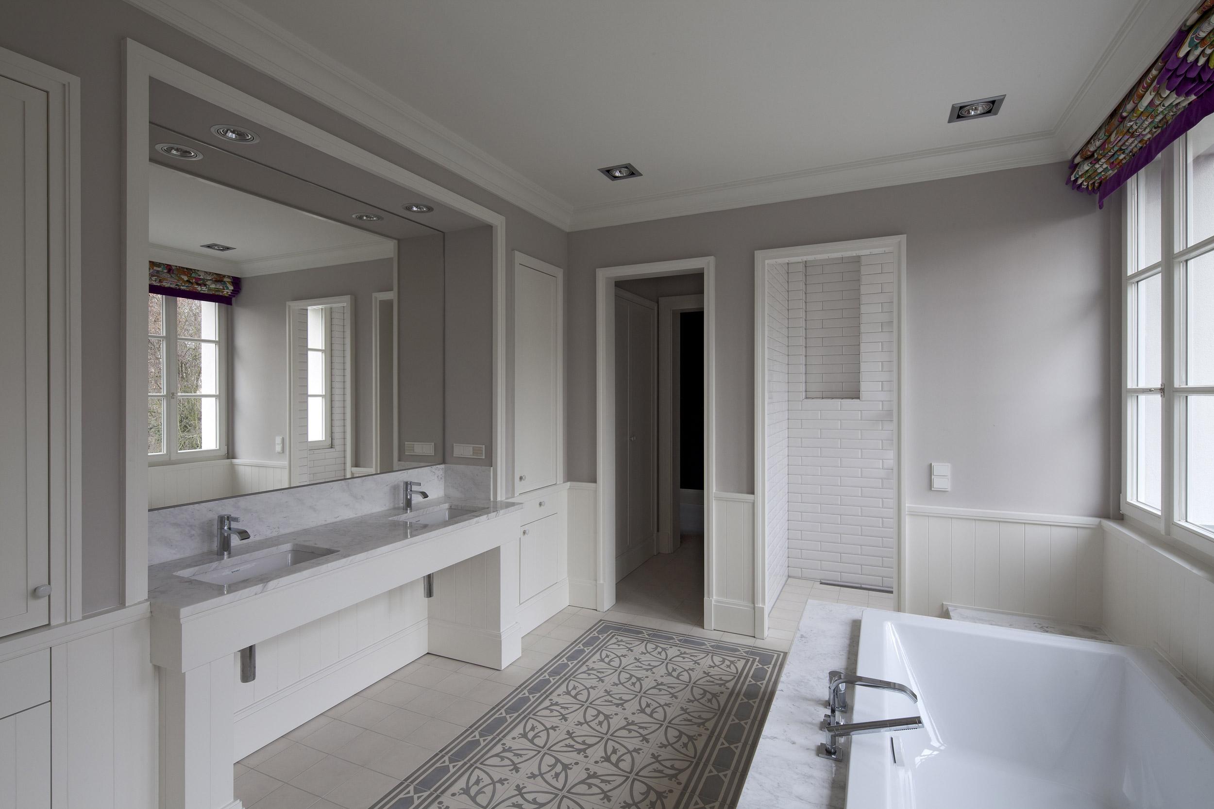 Masterbad im französischen Landhausstil – Neubau klassizistische Villa