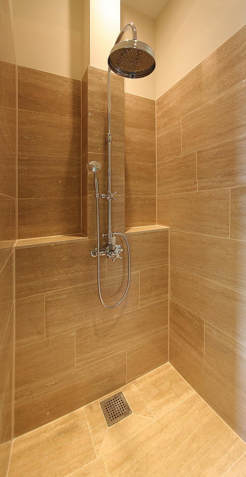 Der Duschbereich wurde komplett mit Naturstein verkleidet