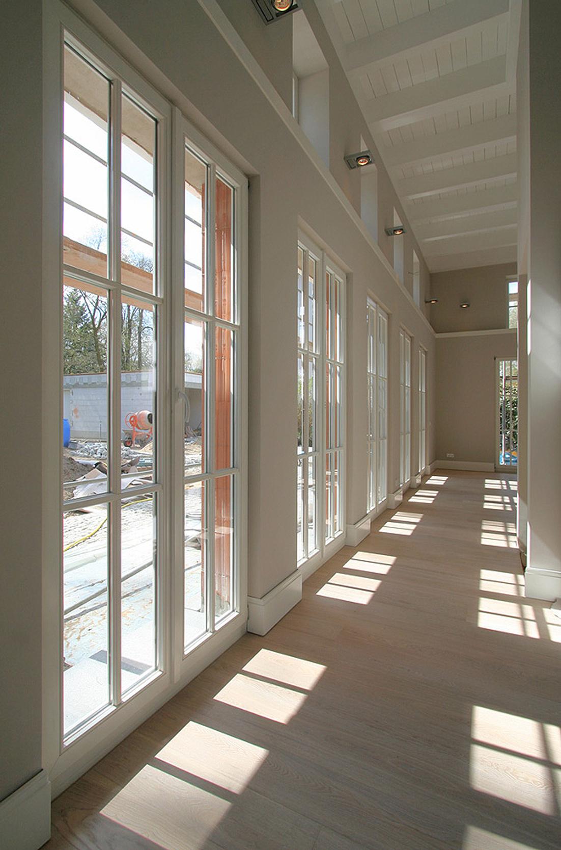 Die französischen Fenster sorgen für lichtdurchflutete Innenräume