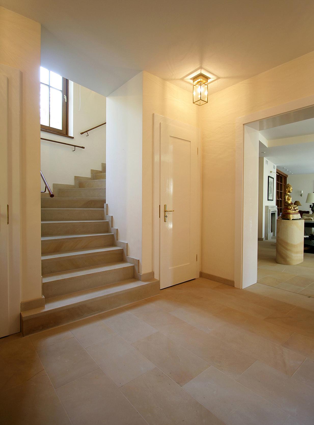 Die Eingangshalle bestimmen helle einladende Materialien.