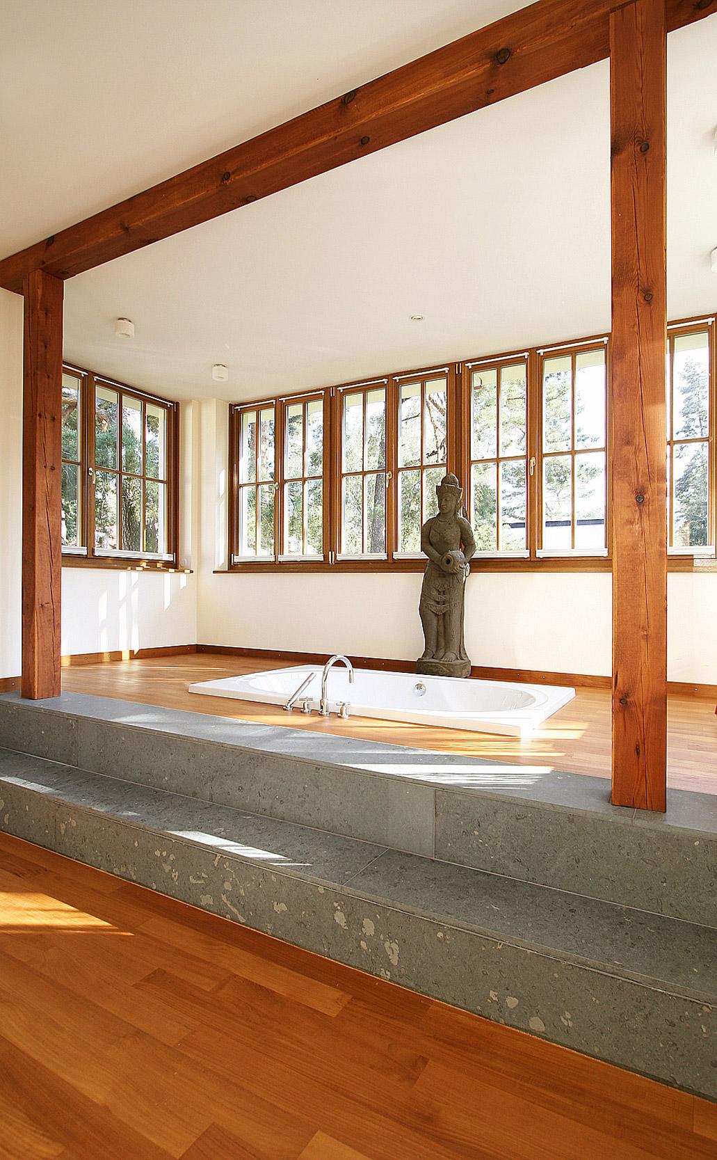 Naturmaterialien geben dem hellen Masterbad einen fernöstlichen Touch.