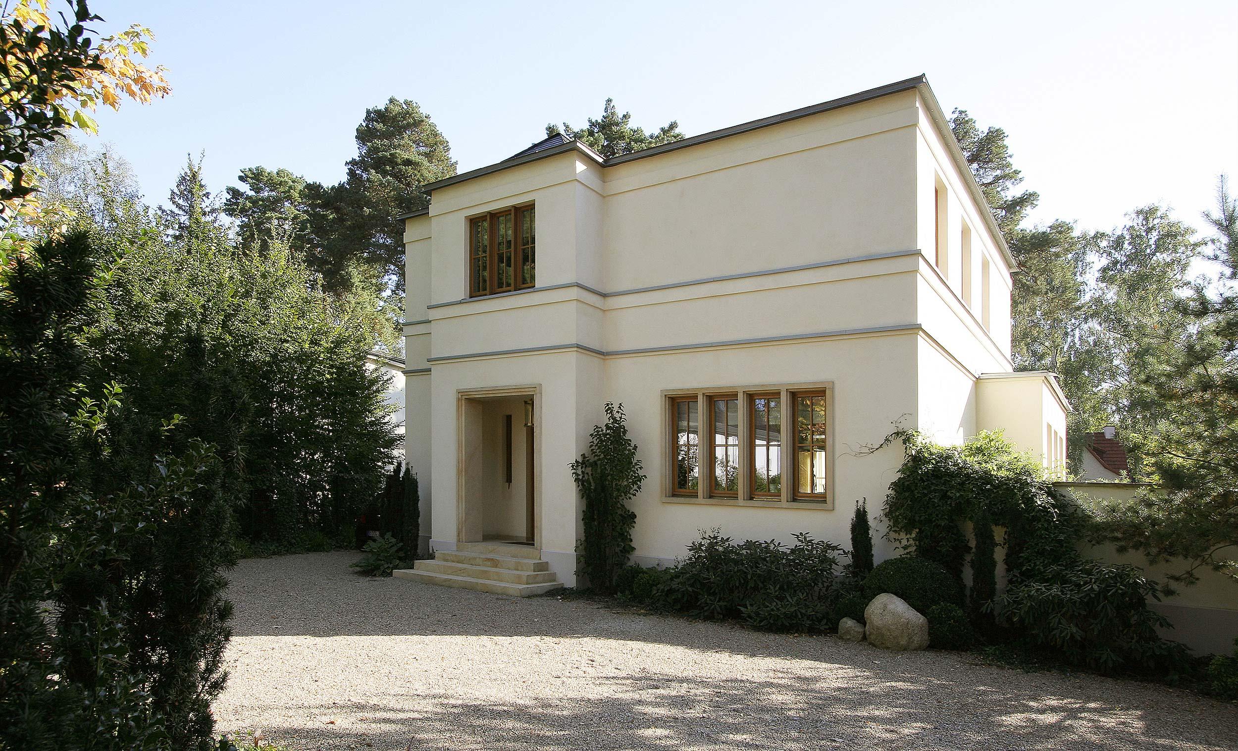 Das Eingangsportal wirkt -very british- mit Porch und Natursteinrahmen.