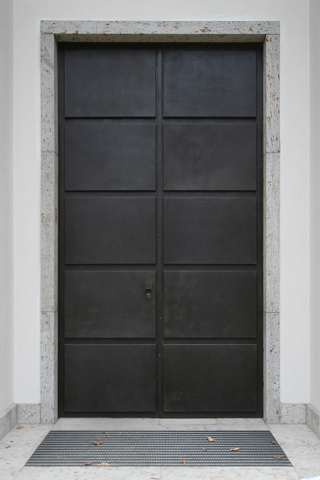Neubau einer Villa im neoklassizistischen Stil - Die Doppeltür des Hauteingangs aus Baubronze