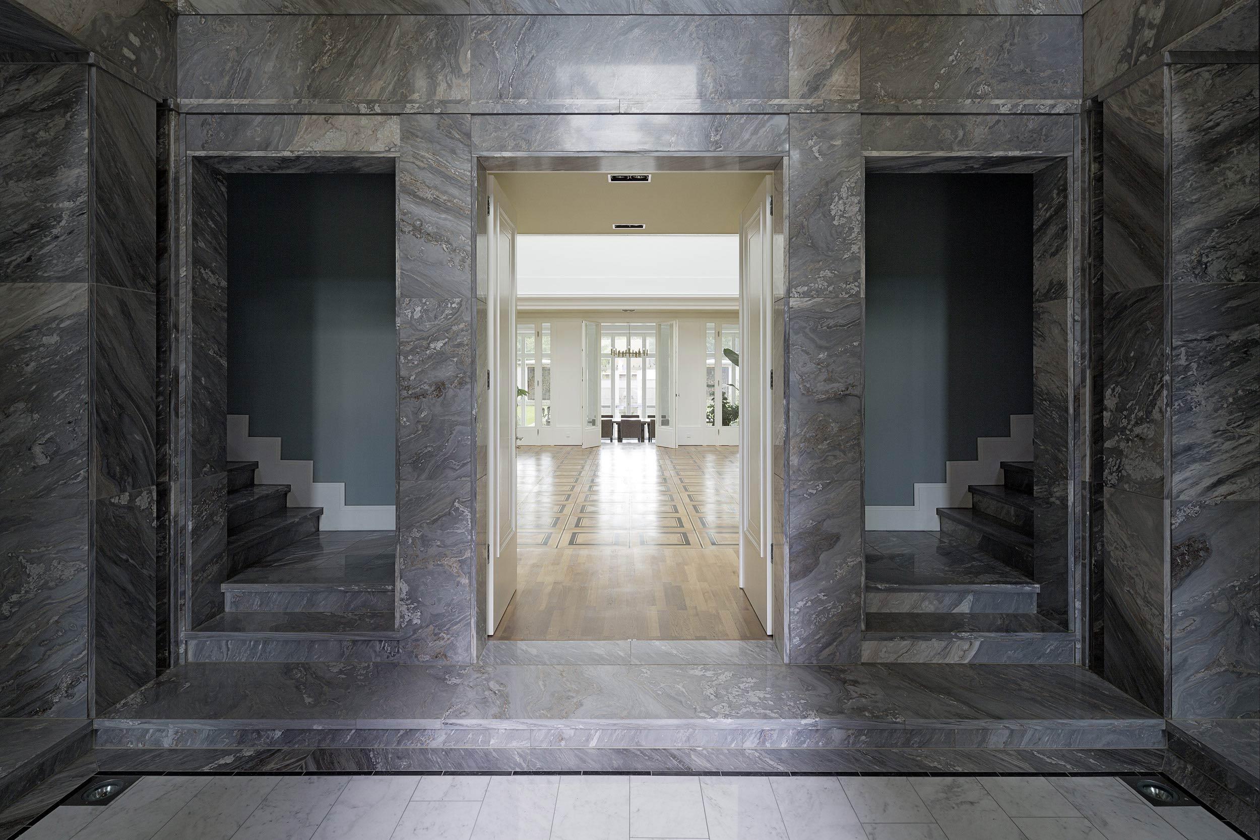 Neubau einer Villa im neoklassizistischen Stil - Portal zur Haupthalle und Treppenaufgänge aus grau poliertem Palisandro-Marmor
