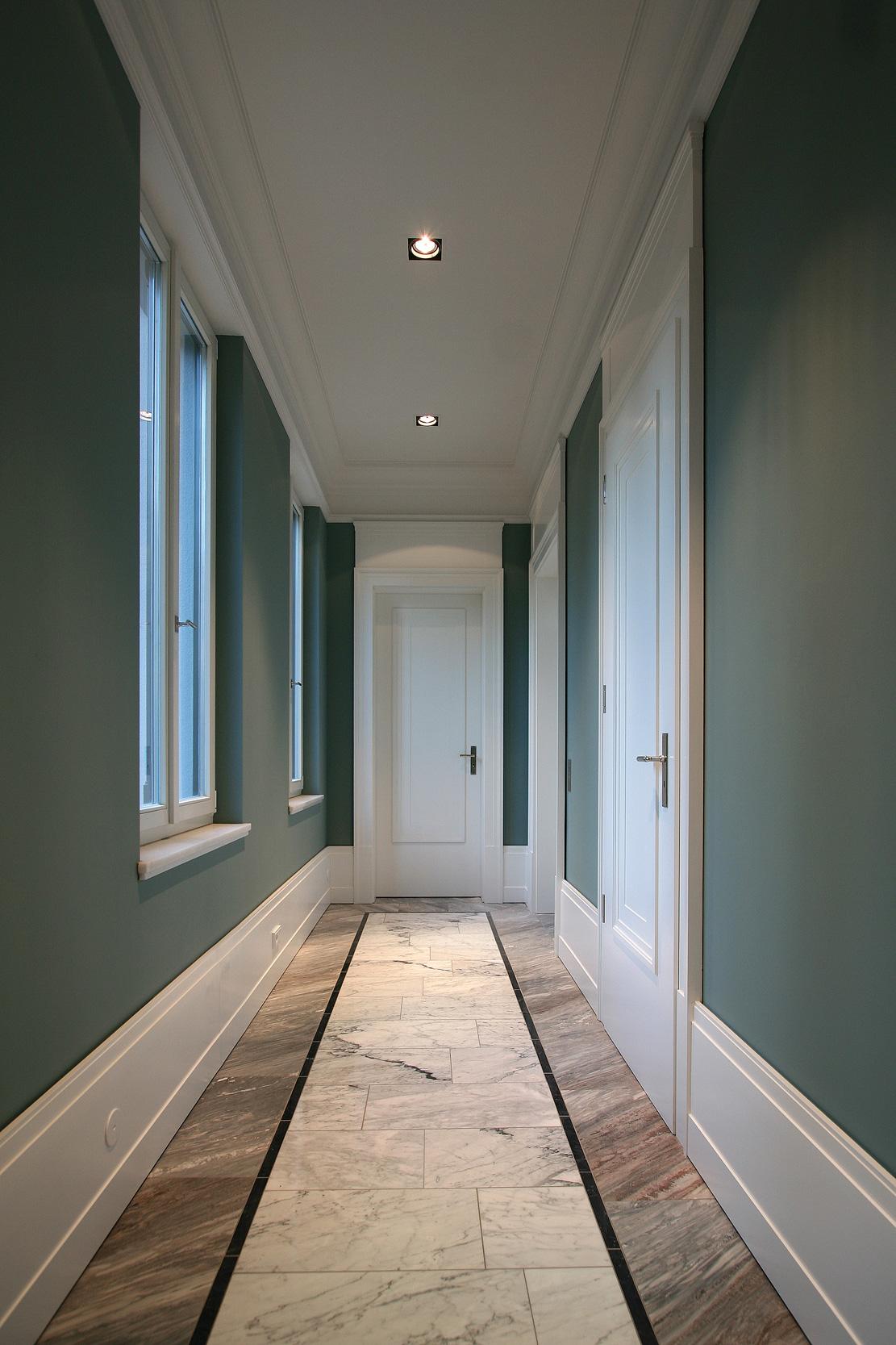 Neubau einer Villa im neoklassizistischen Stil - Kassettierte Stiltüren aus Vollholz, Stuckgesimse und Sockelverkleidungen wurde komplett handgefertigt