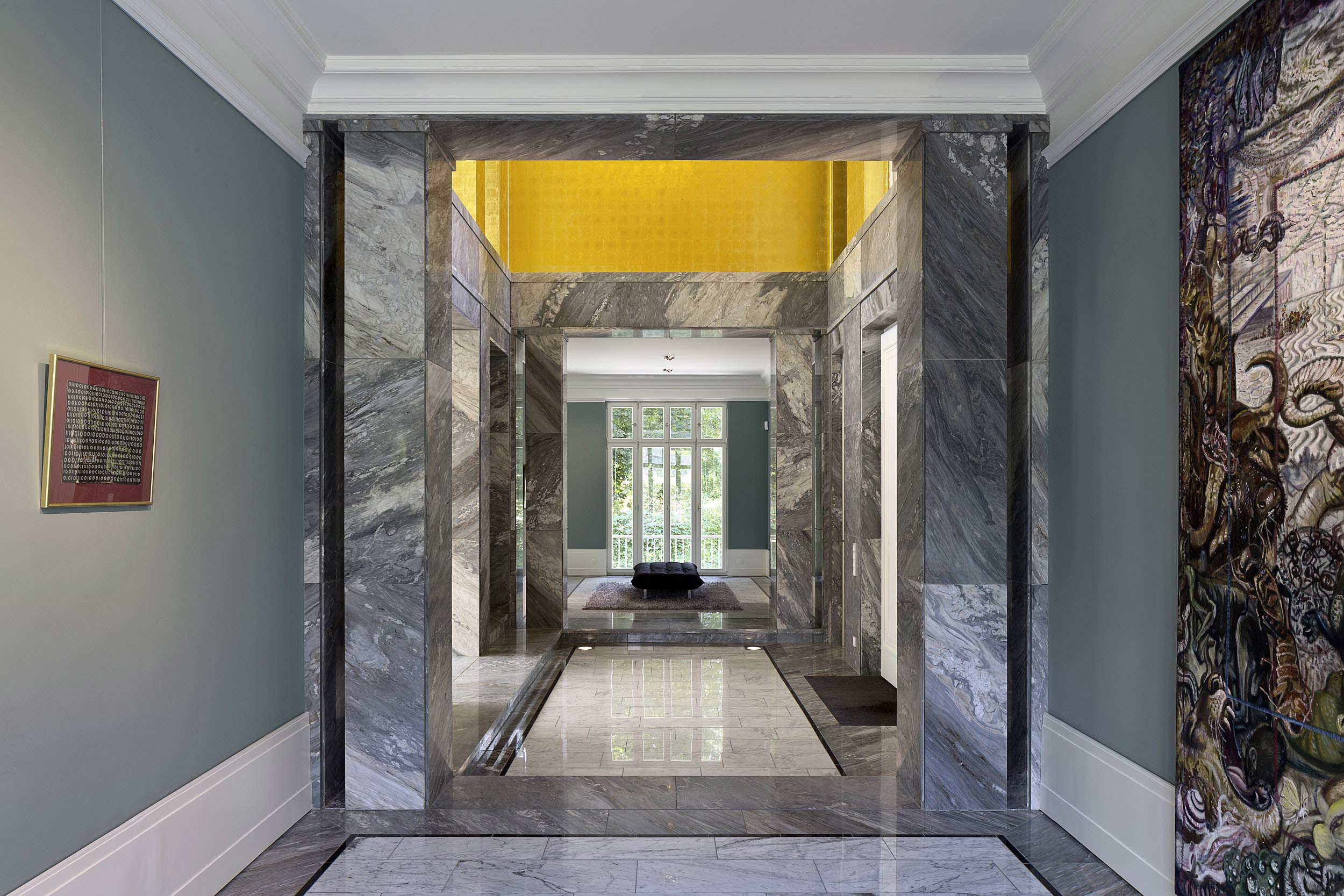 Neubau einer Villa im neoklassizistischen Stil - Die lichtdurchflutete Galerie im Eingangsbereich dient Wechselausstellungen
