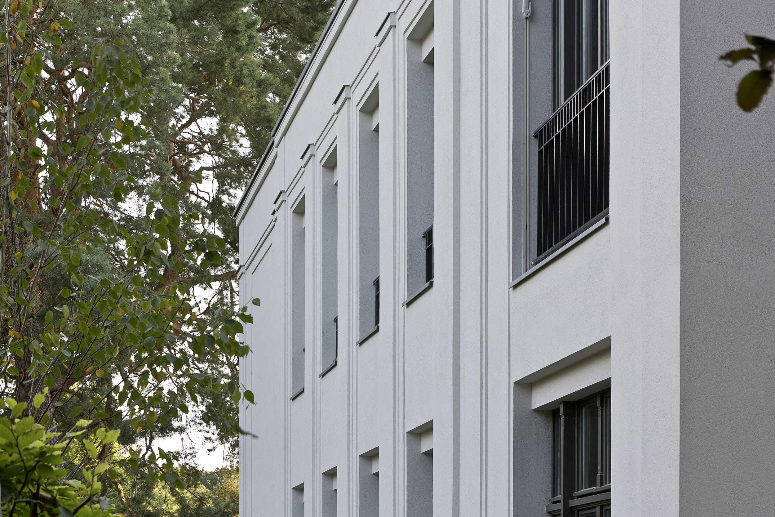 Neubau einer Villa im neoklassizistischen Stil - Die Fassade aus Massivputz mit fein strukturierten Lisenen und französischen Fenstern im Altbaustil