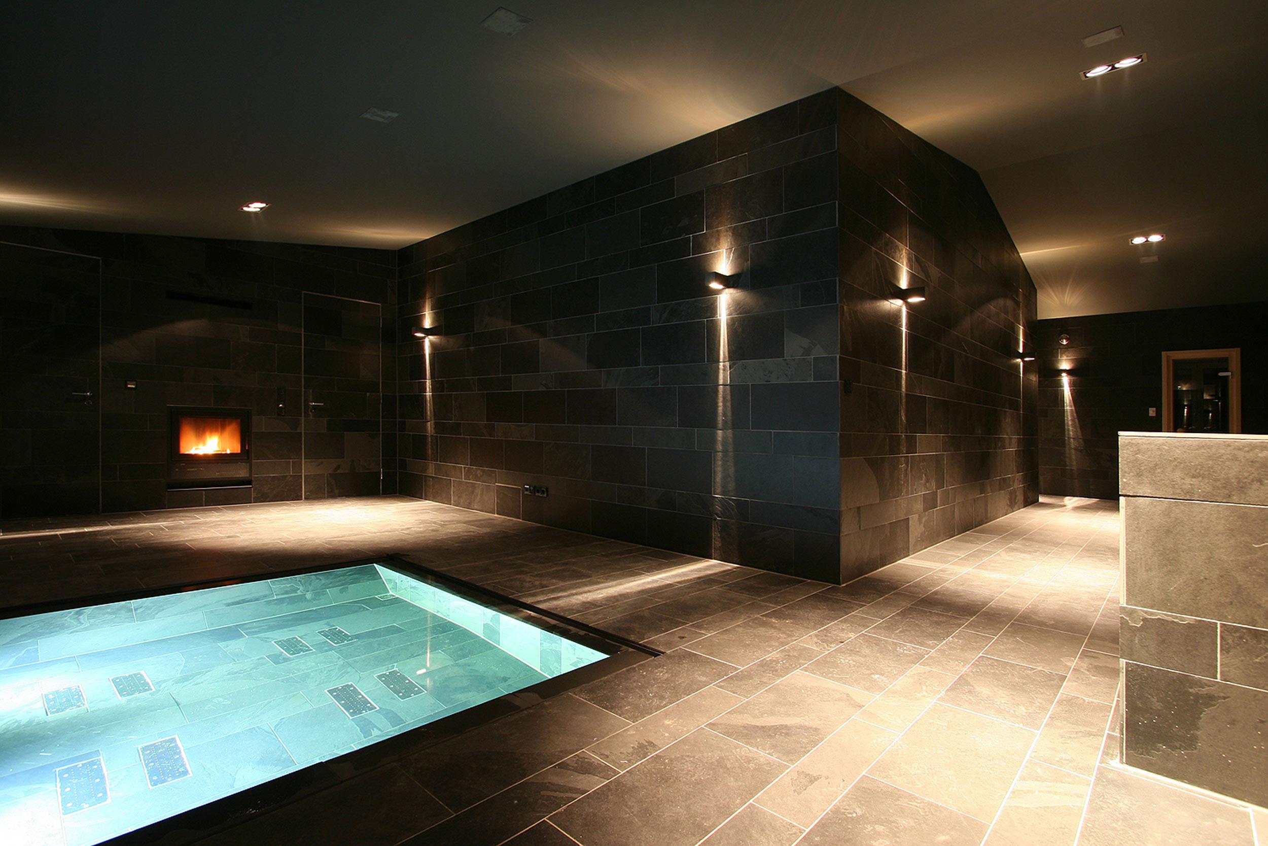 Neubau einer Villa im neoklassizistischen Stil - Der Spabereich mit bodengleichem Whirlpool und Wand- und Bodenbelägen aus Schieferplatten