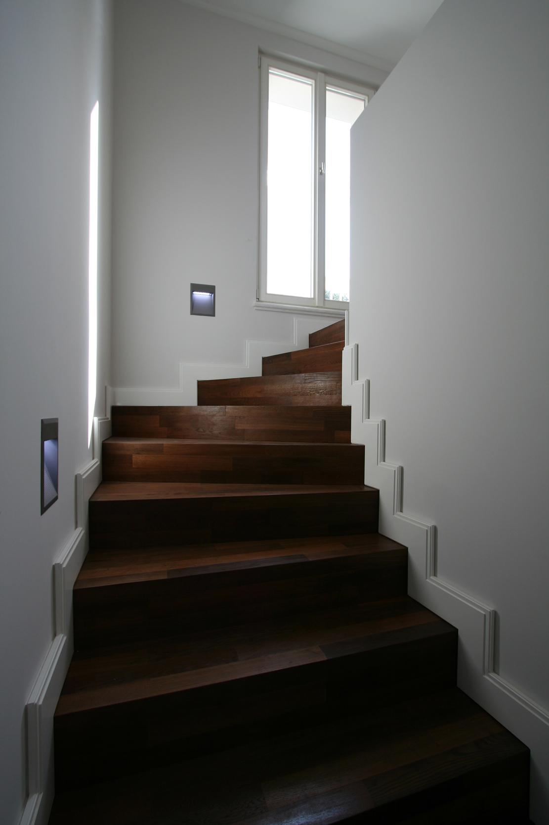 Neubau einer Villa im neoklassizistischen Stil - Die Treppe zur Terrasse wurde aus massiver Raucheiche und handgefertigten Sockelprofilen hergestellt