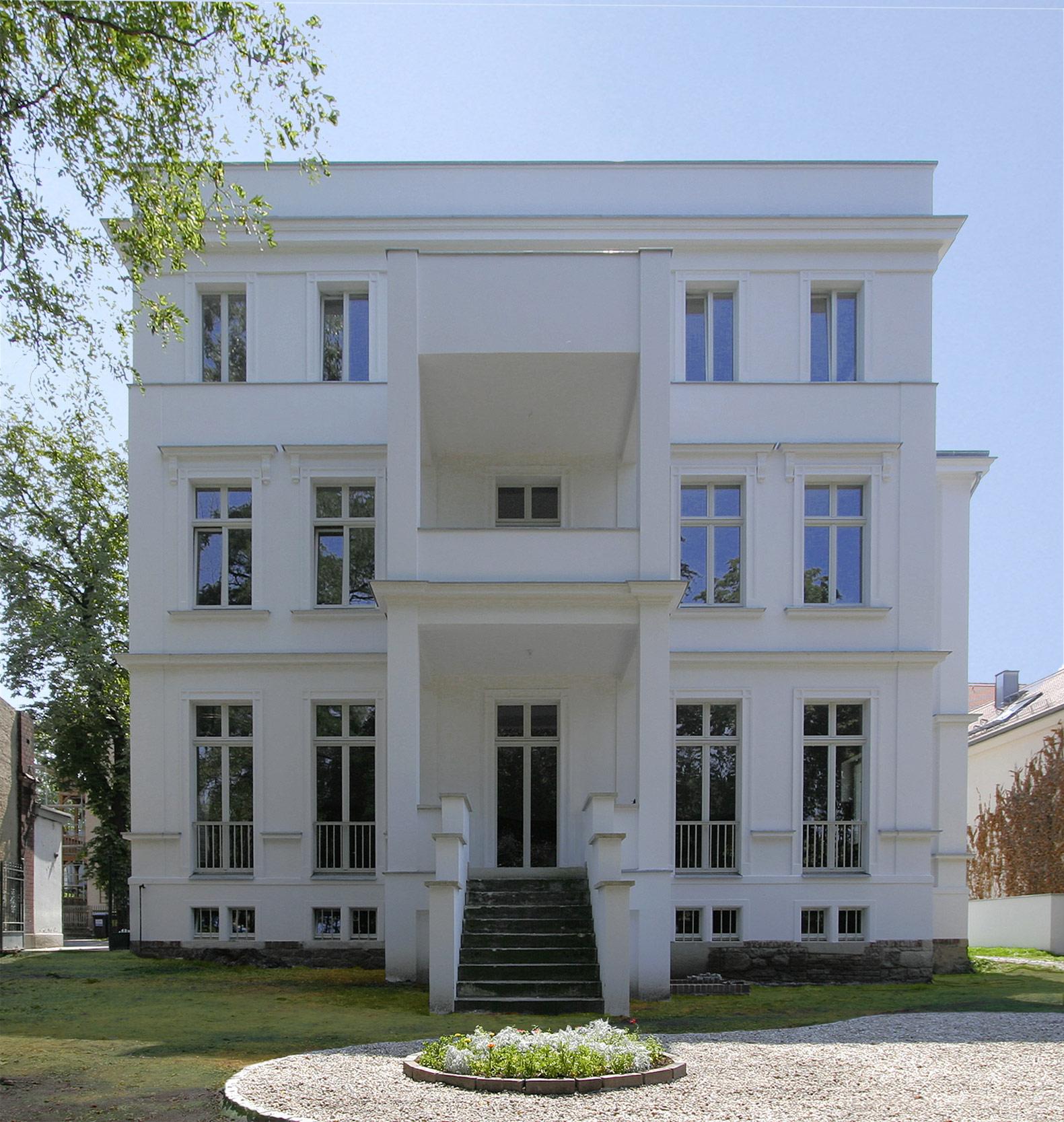 Die ergänzte Balkonanlage ordnet sich in die neue Fassadengeometrie ein.