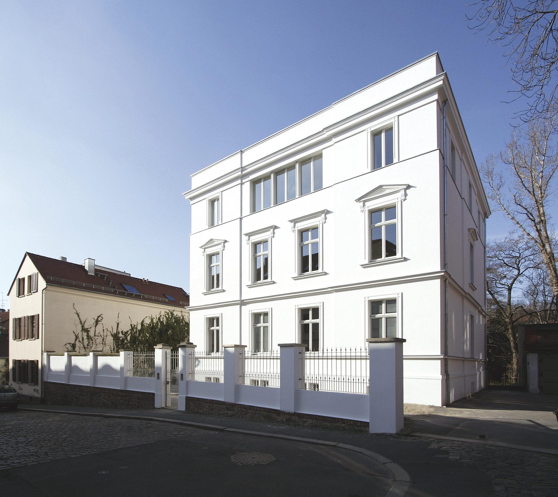 Die Straßenansicht hat die klassische Fassadenteilung eines Pallazzo.