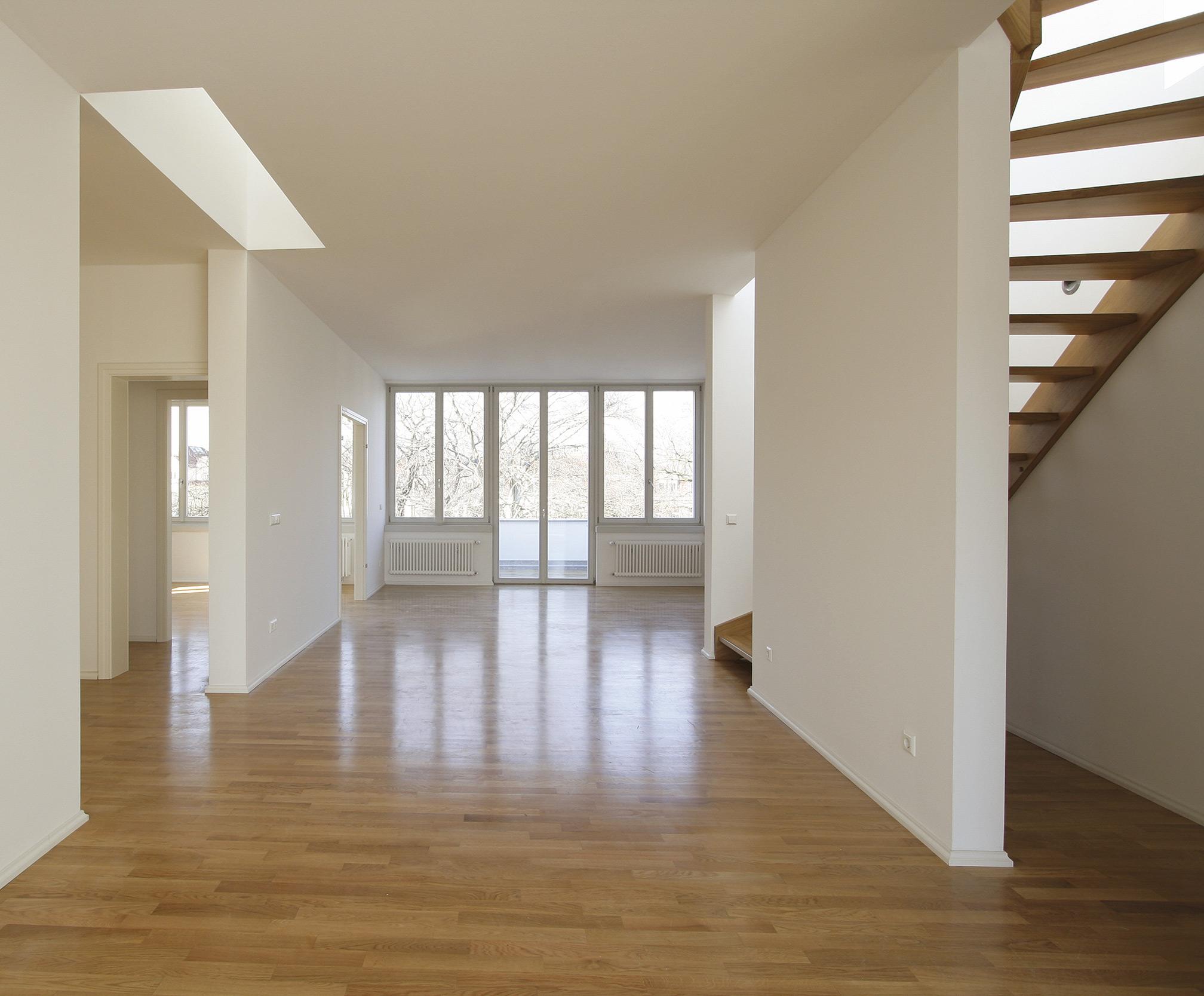 Der loftartige Innenausbau kontrastiert zum äußeren Altbaucharakter.