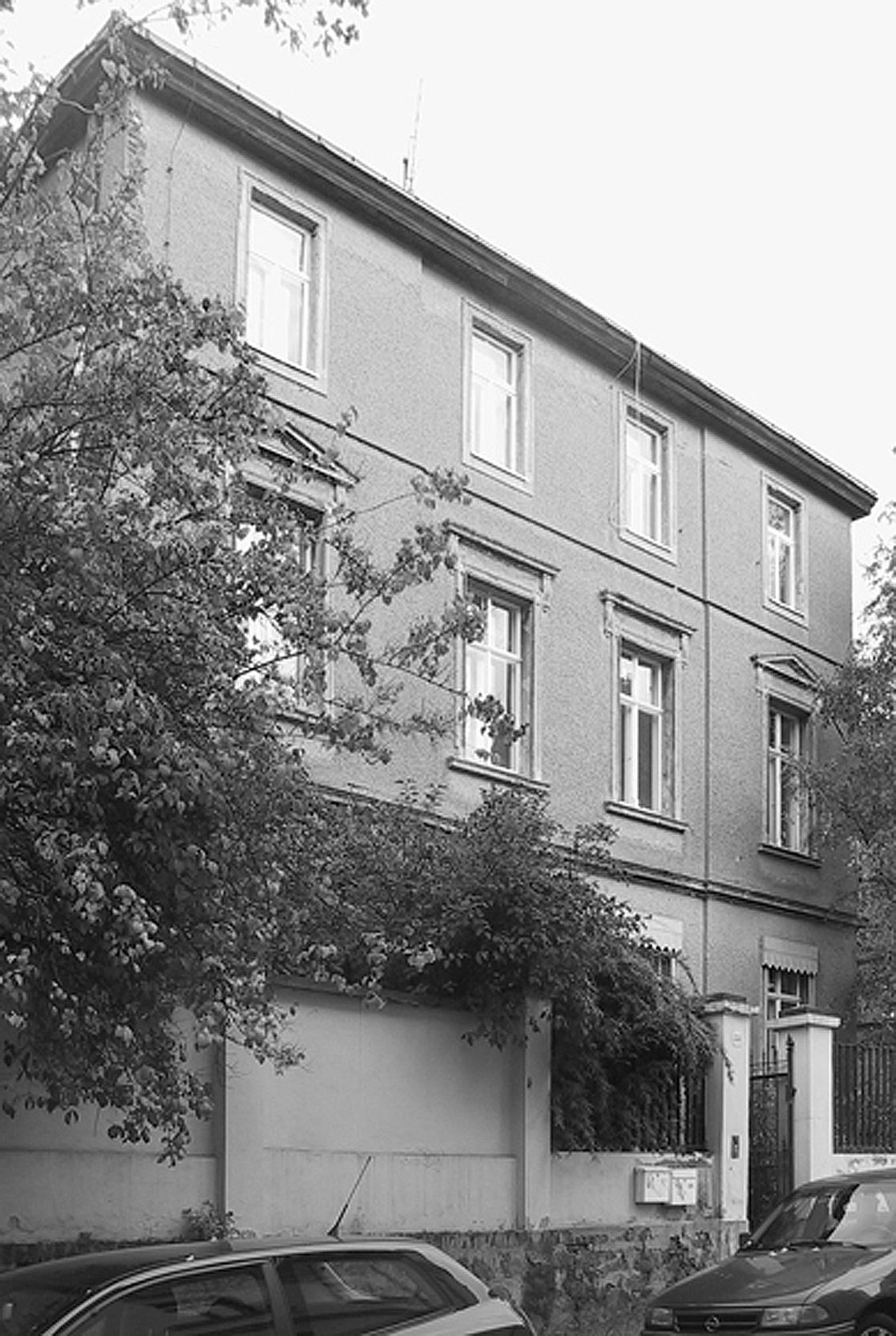 Die Bauruine wirkt seit DDR-Zeiten charakterlos und verwahrlost.