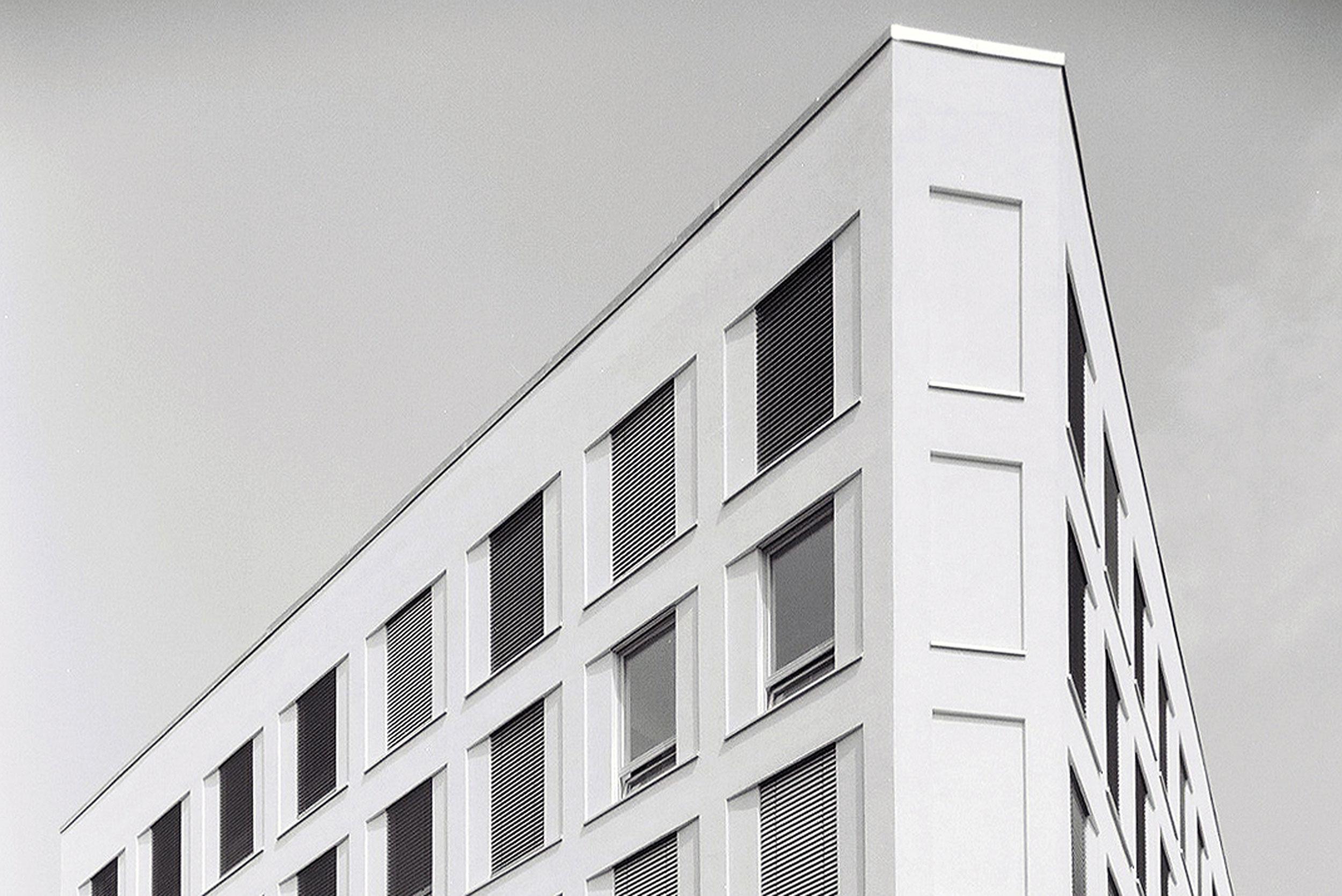 Die Lage des Wohn- und Geschäftshauses auf einem Eckgrundstück bezieht Anleihen zum Flatiron Building.