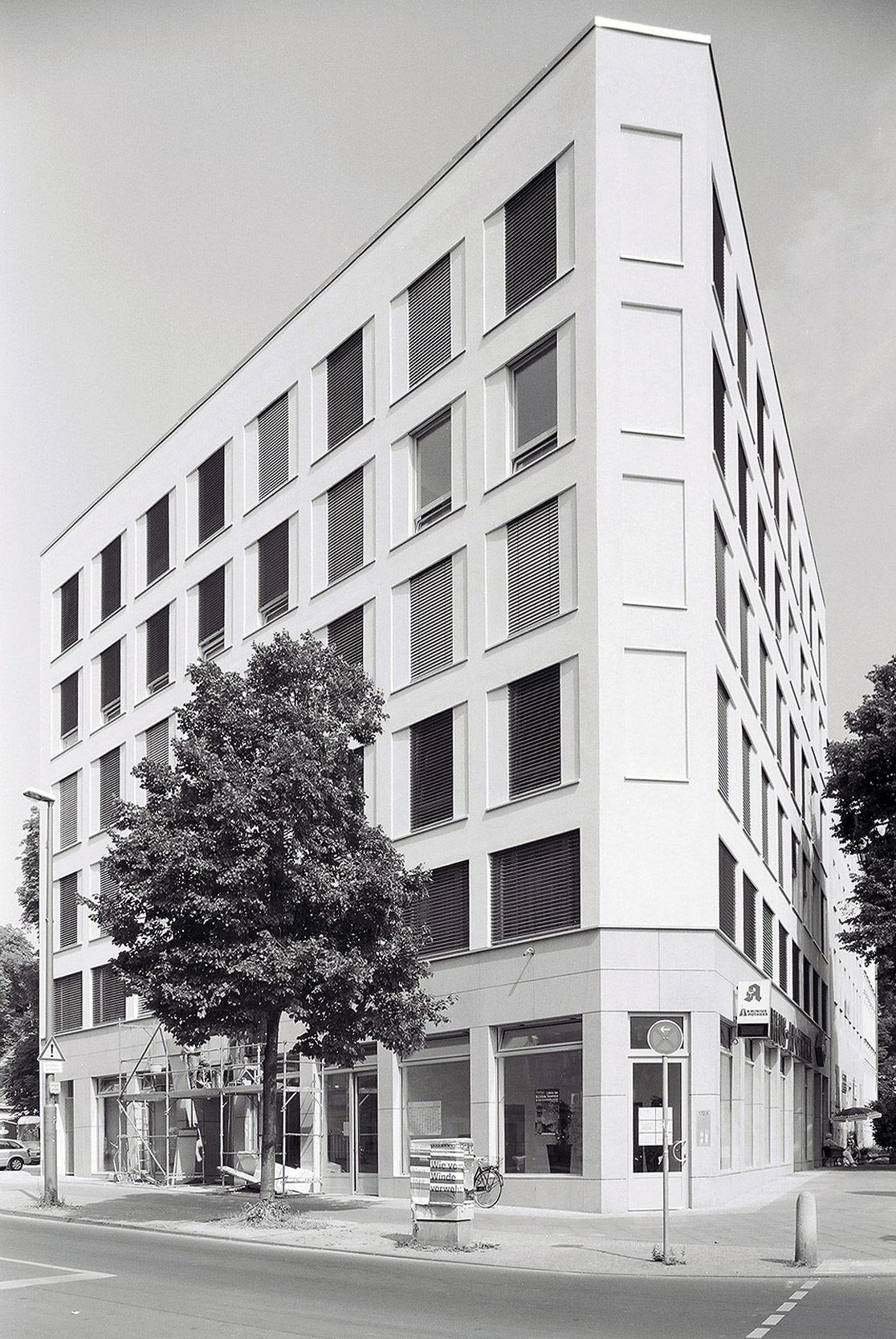 Serielle Fassade Bürobau Berlin - Geschäftshaus mit Penthouse als Eckbebauung