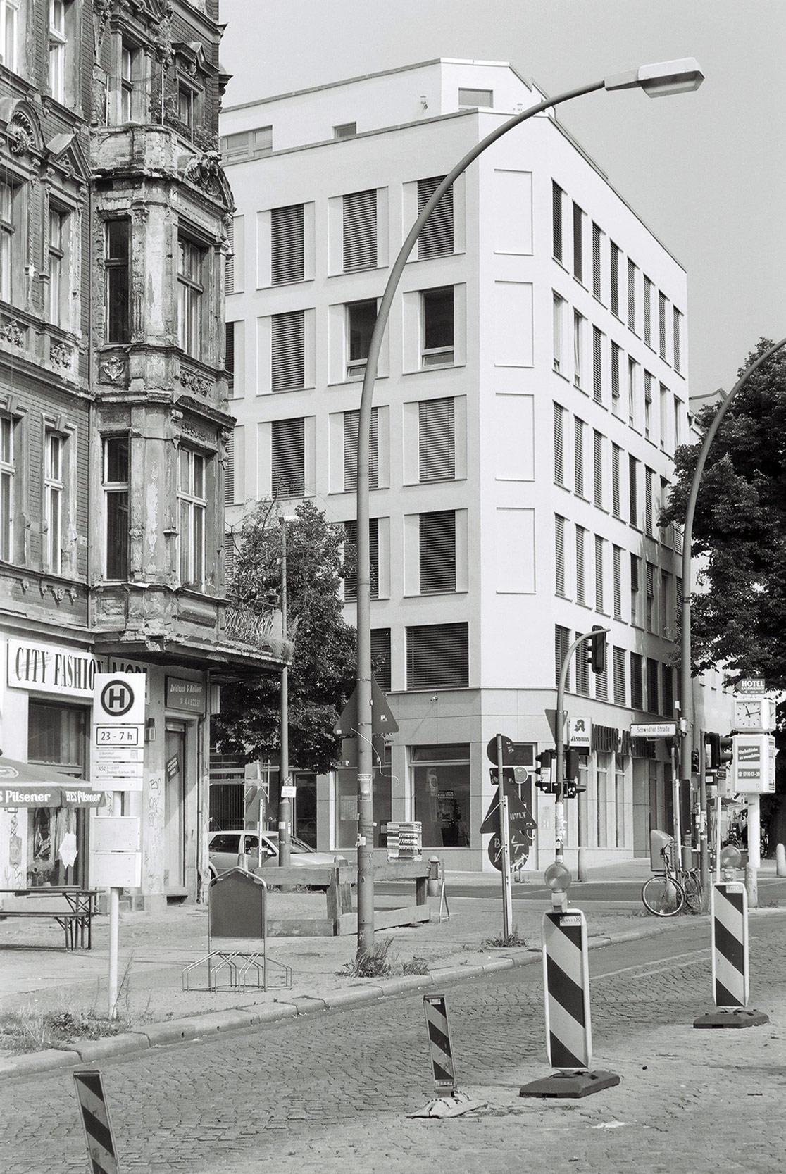 Im städtischen Kontext wirkt das Wohn- und Geschäftshaus klassisch-modern.
