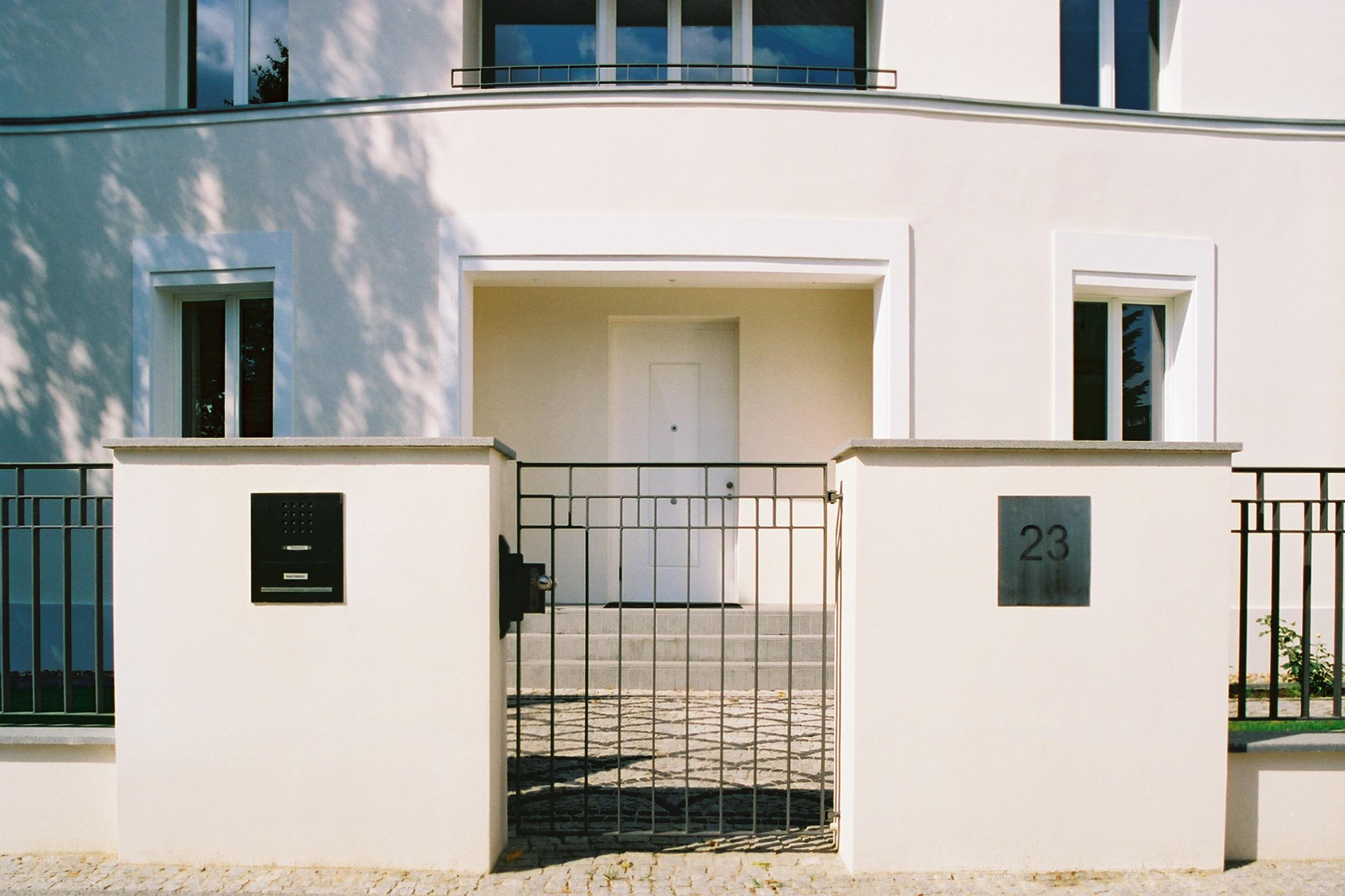 Die geschwungene Fassade akzentuiert den repräsentativen Haupteingang.