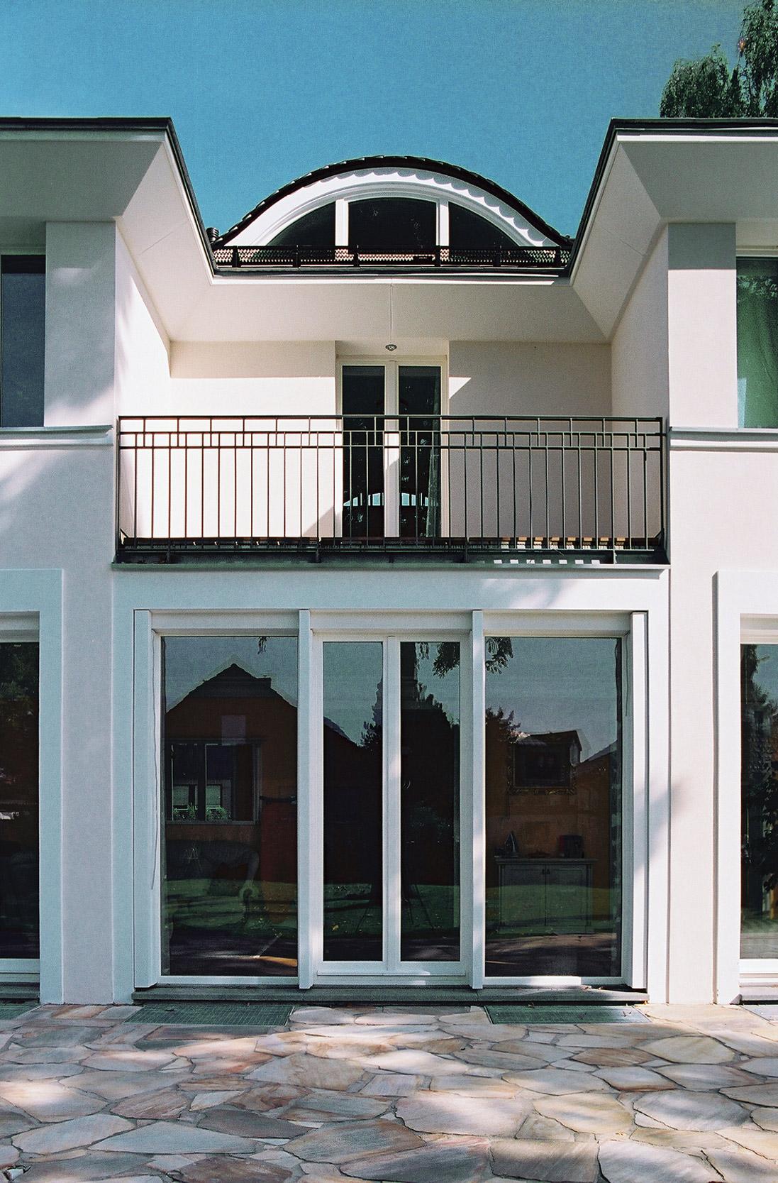 Großflächige Fensterelemente und ein Balkon gewährleisten gut belichtete Wohnräume.
