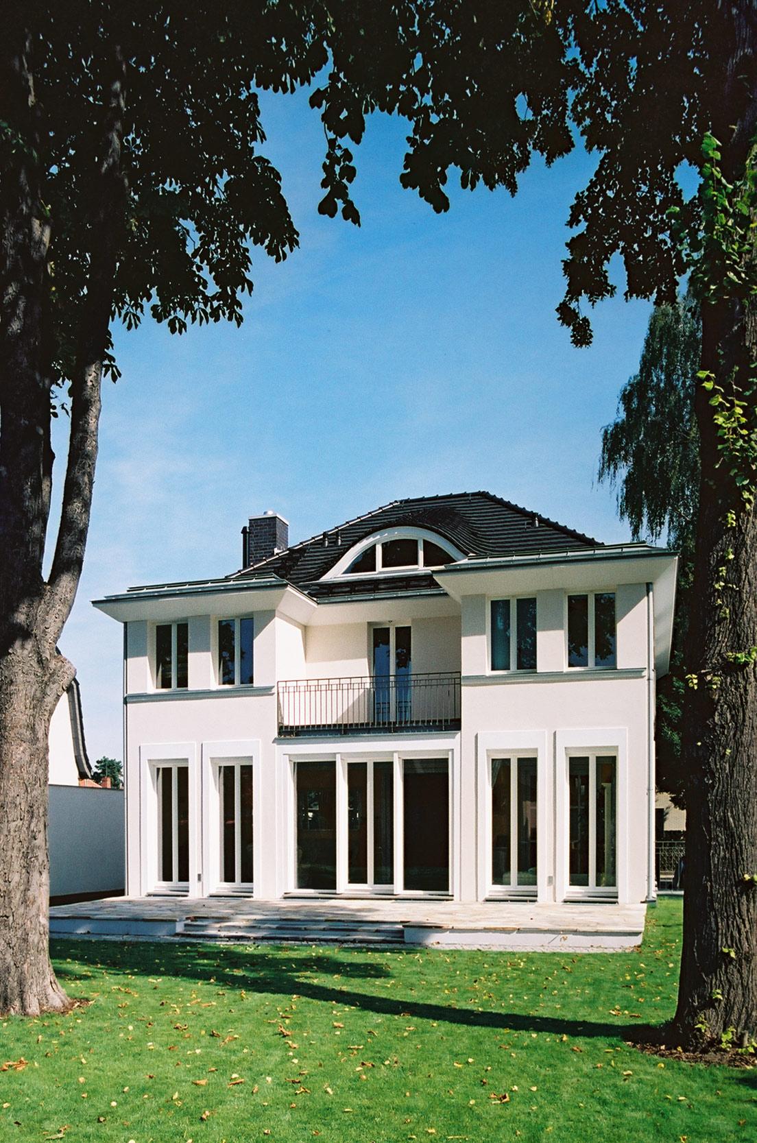 Zum Garten öffnet sich die Villa mit Terrasse und Balkon.