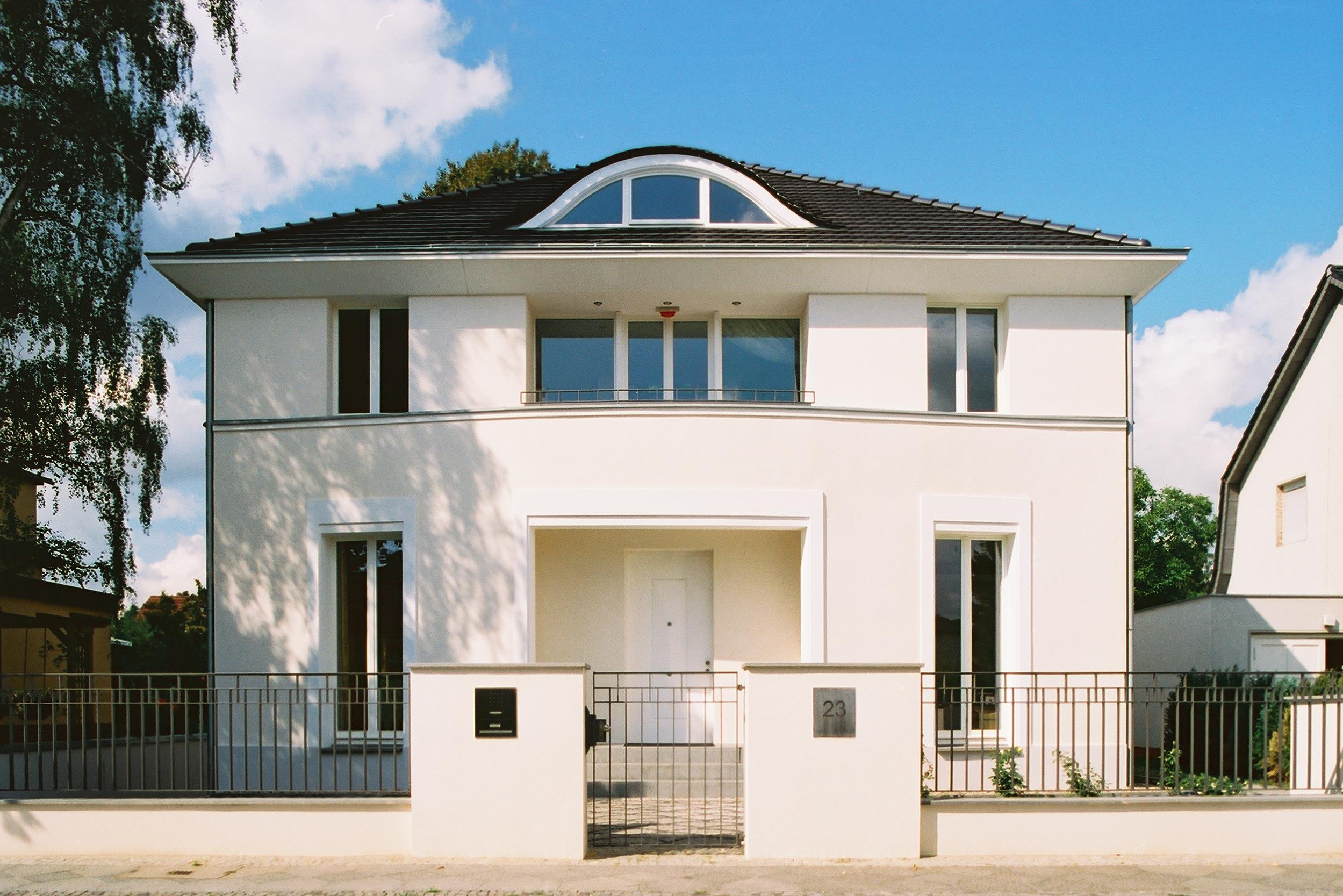 Der Gestaltung der symmetrischen Hauptfassade liegen klassische Gestaltungsprinzipien zu Grunde.