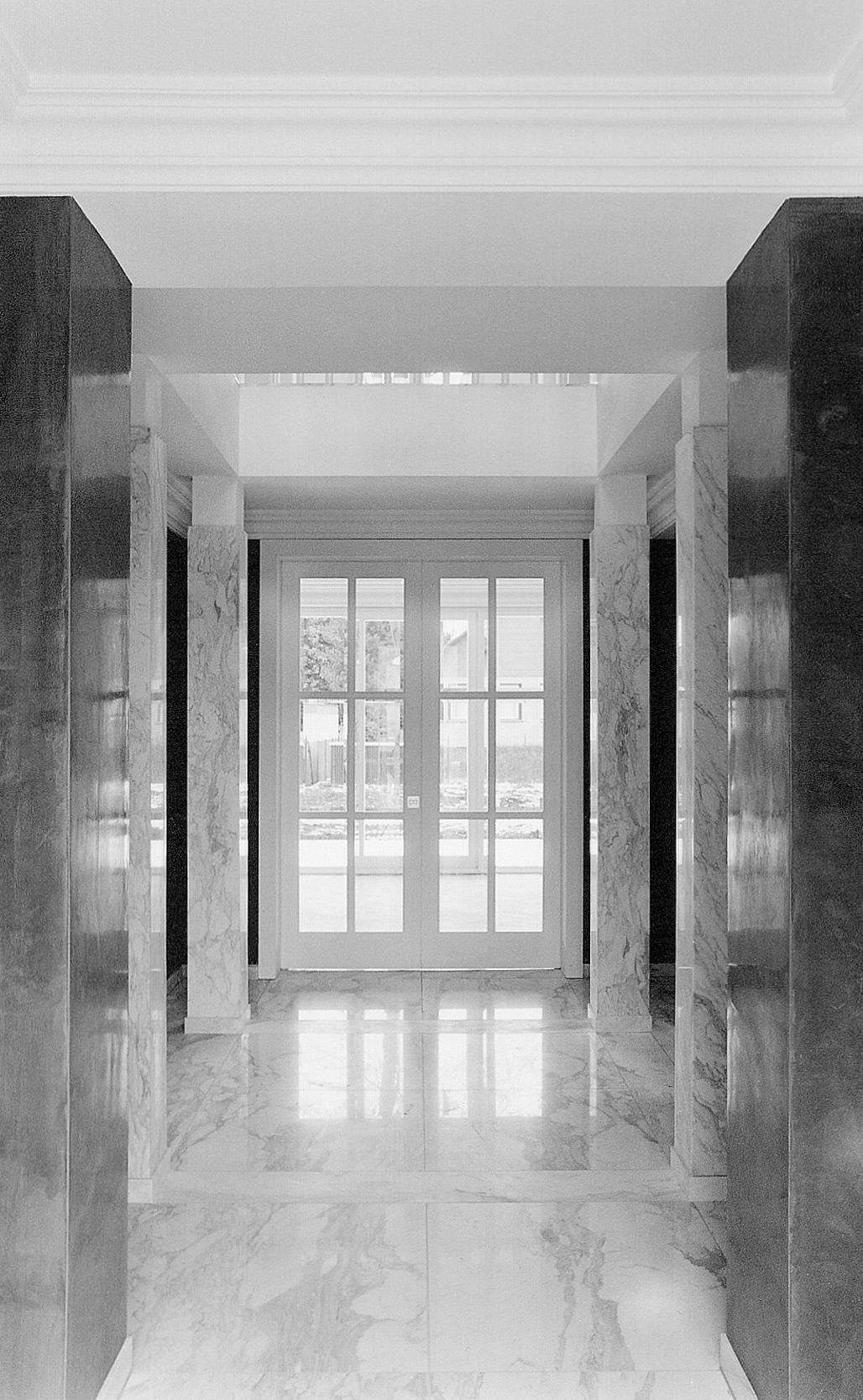 Die große Haupthalle der Villa wurde komplett mit Carrara-Marmor verkleidet.