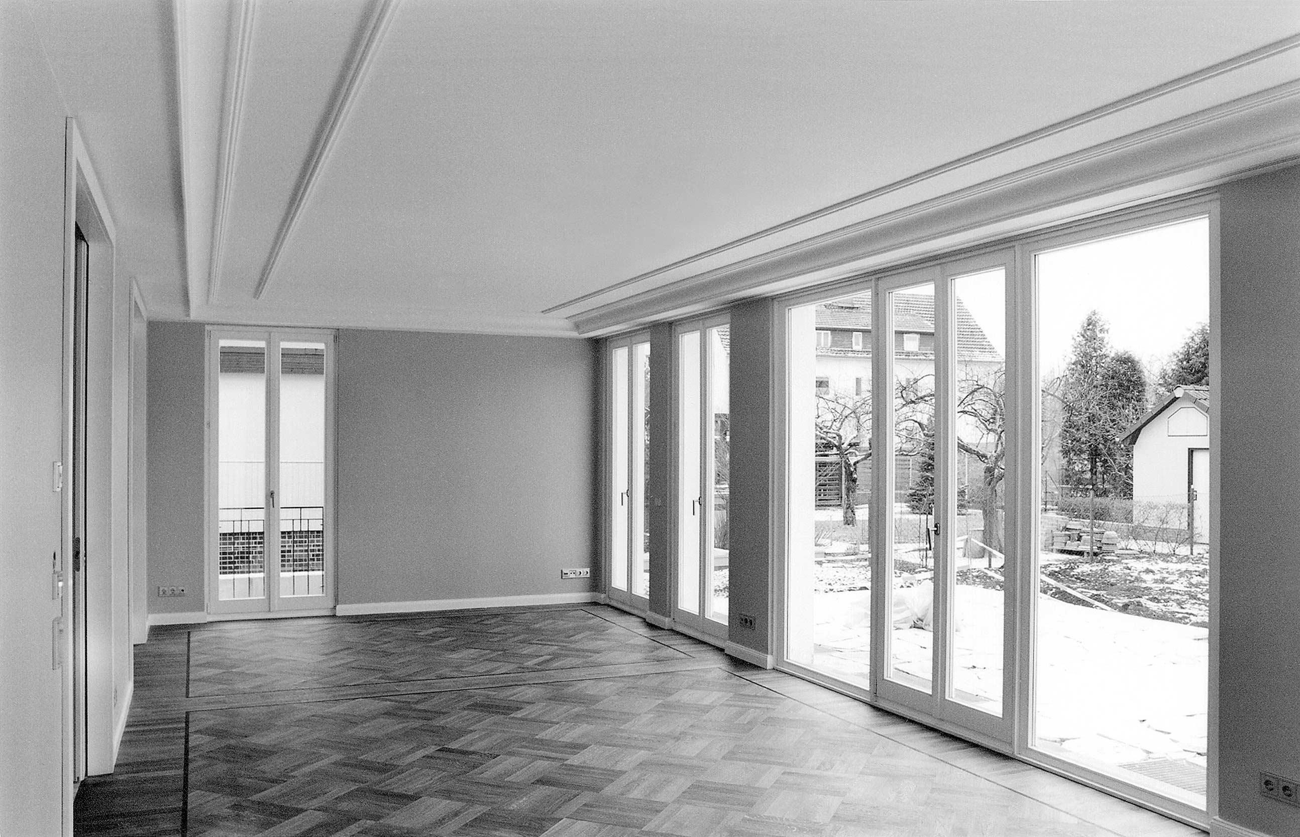 Großzügige Fensterfronten eröffnen vom Wohnzimmer aus einen schönen Blick in den Garten.