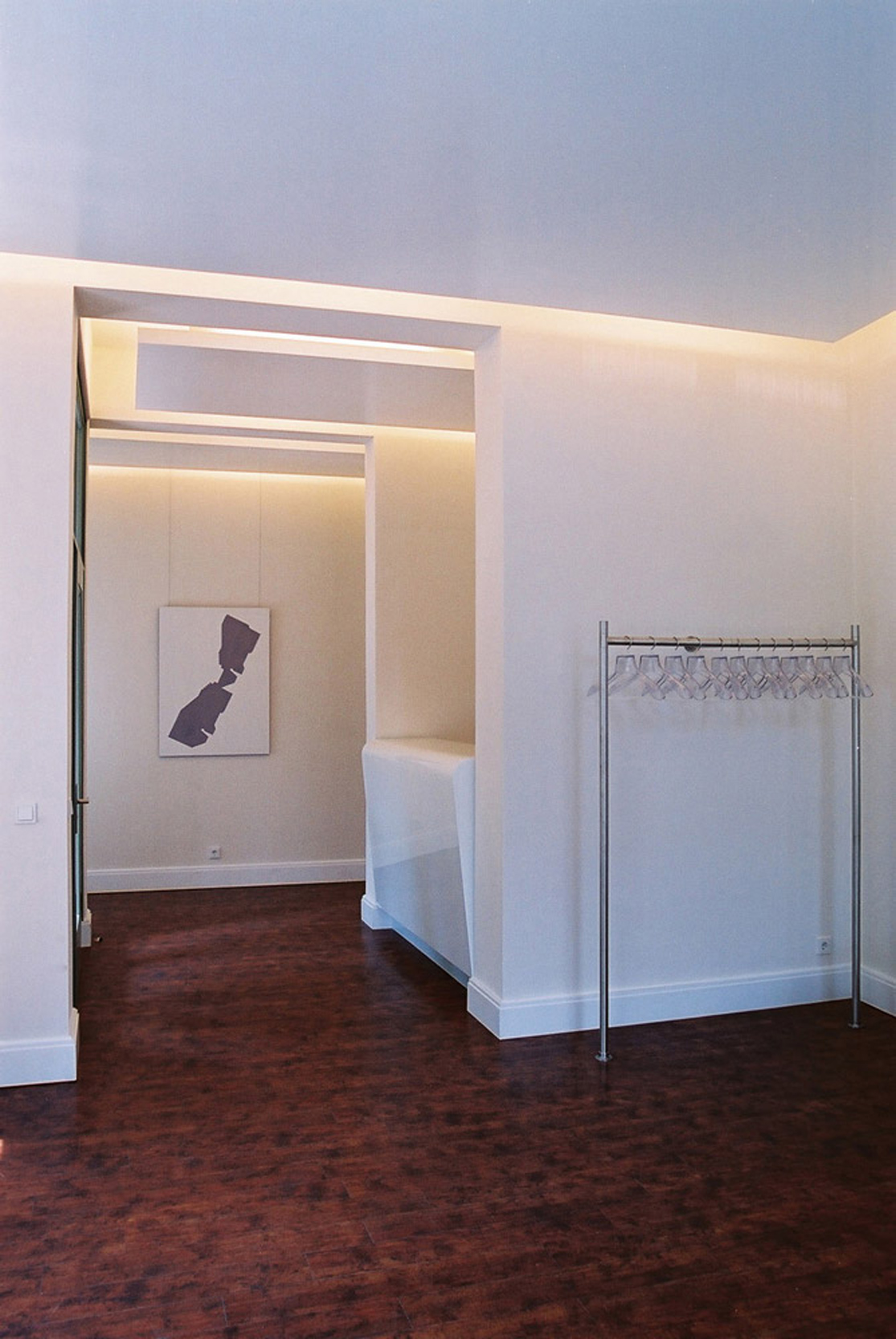 Die Beleuchtung aller Praxisräume erfolgt indirekt über hochglänzende Deckensegel aus Gipskarton.