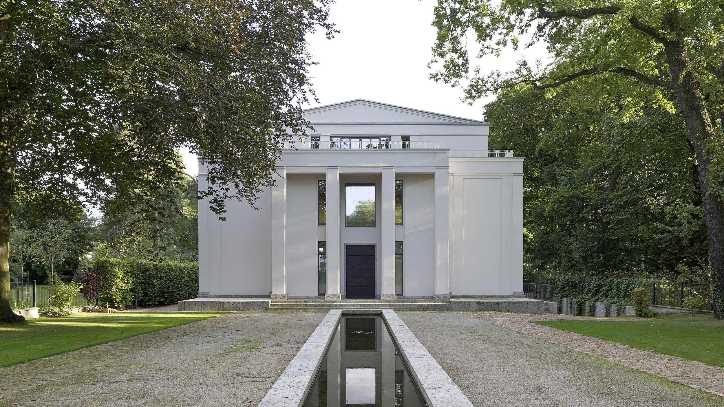 Neubau einer Villa im neoklassizistischen Stil - Die lange Vorfahrt und das Säulenportal der Eingangsfassade erinnern an Villen von Palladio.