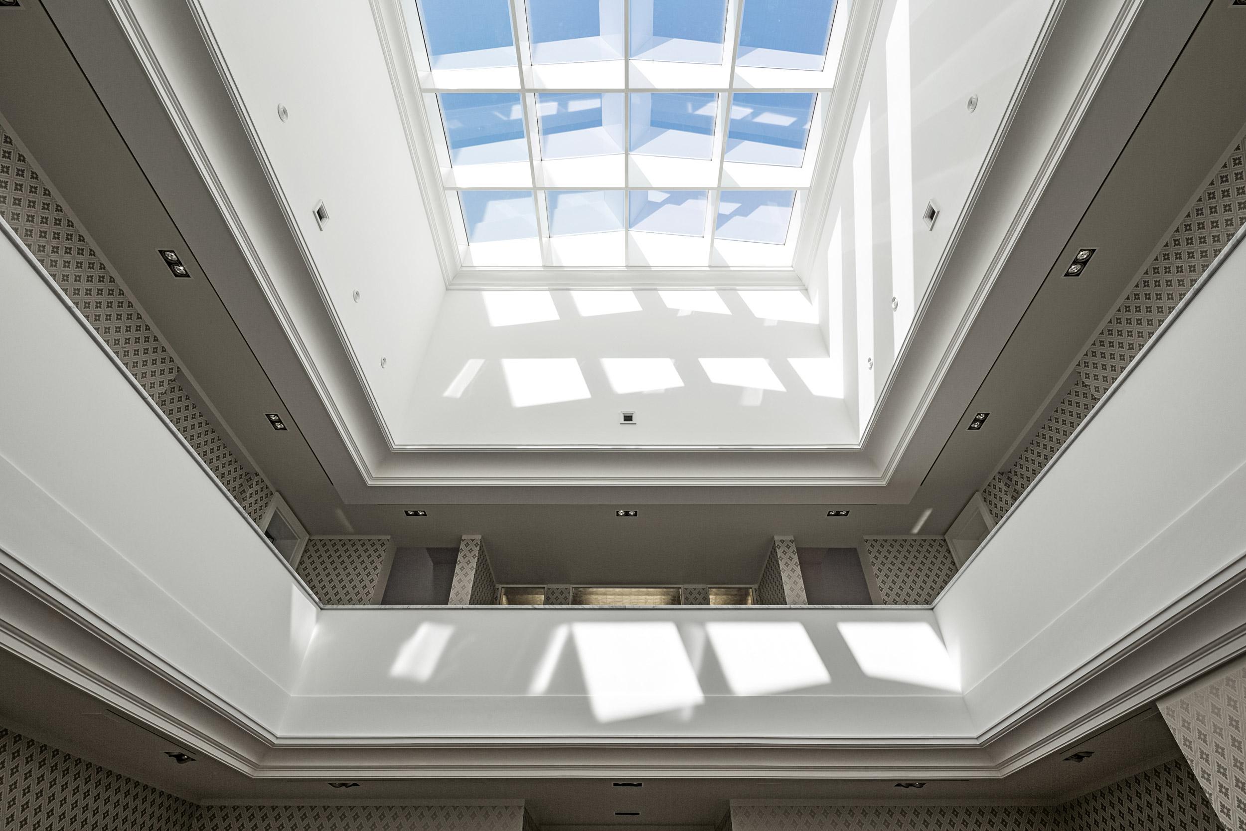 Die Haupthalle mit Galerieebene und Kuppel mit kassettiertem Oberlicht