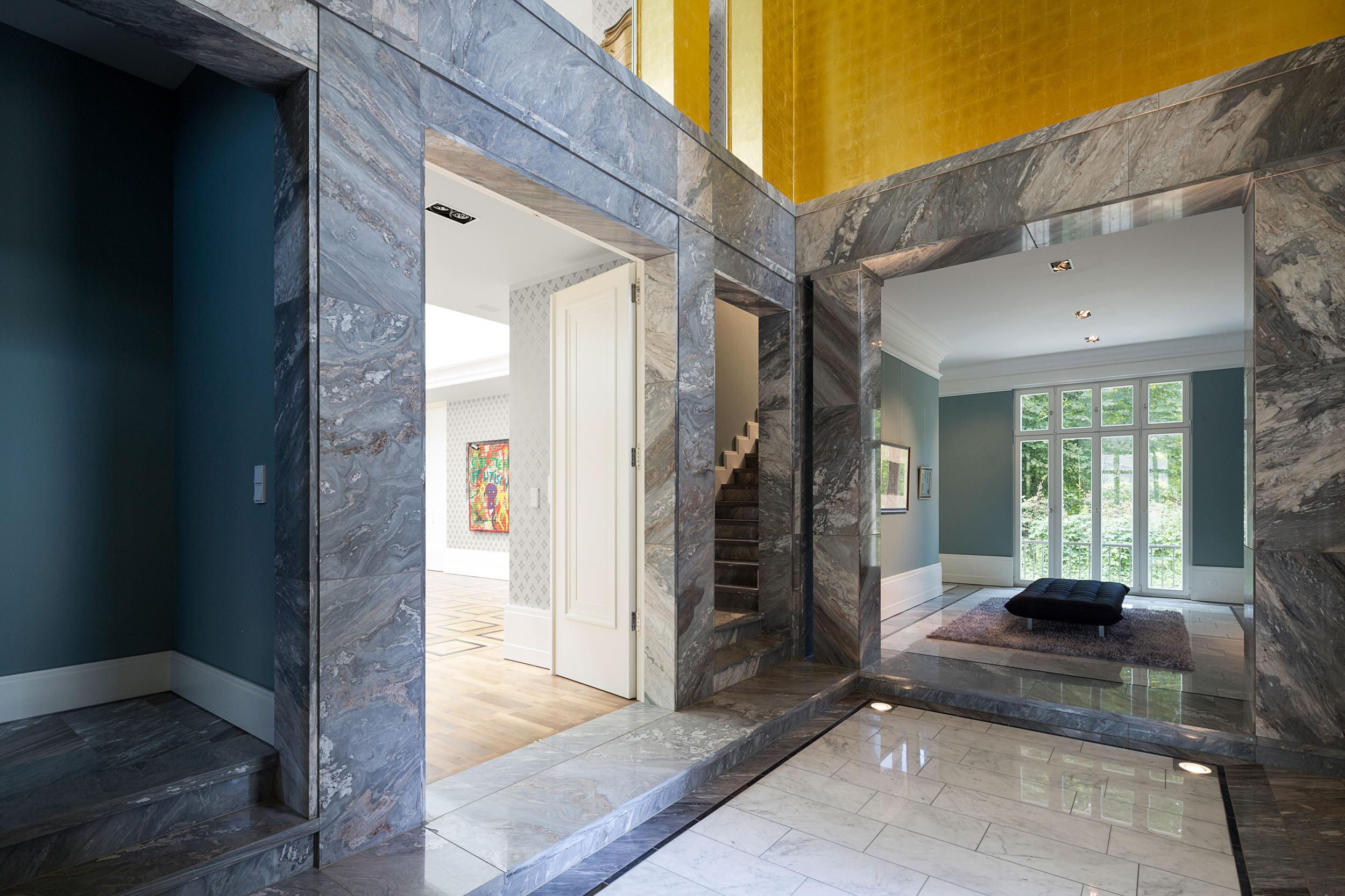 Neubau einer Villa im neoklassizistischen Stil - Graue Marmorsäulen und eine goldene Lichtkuppel strukturieren die Eingangshalle