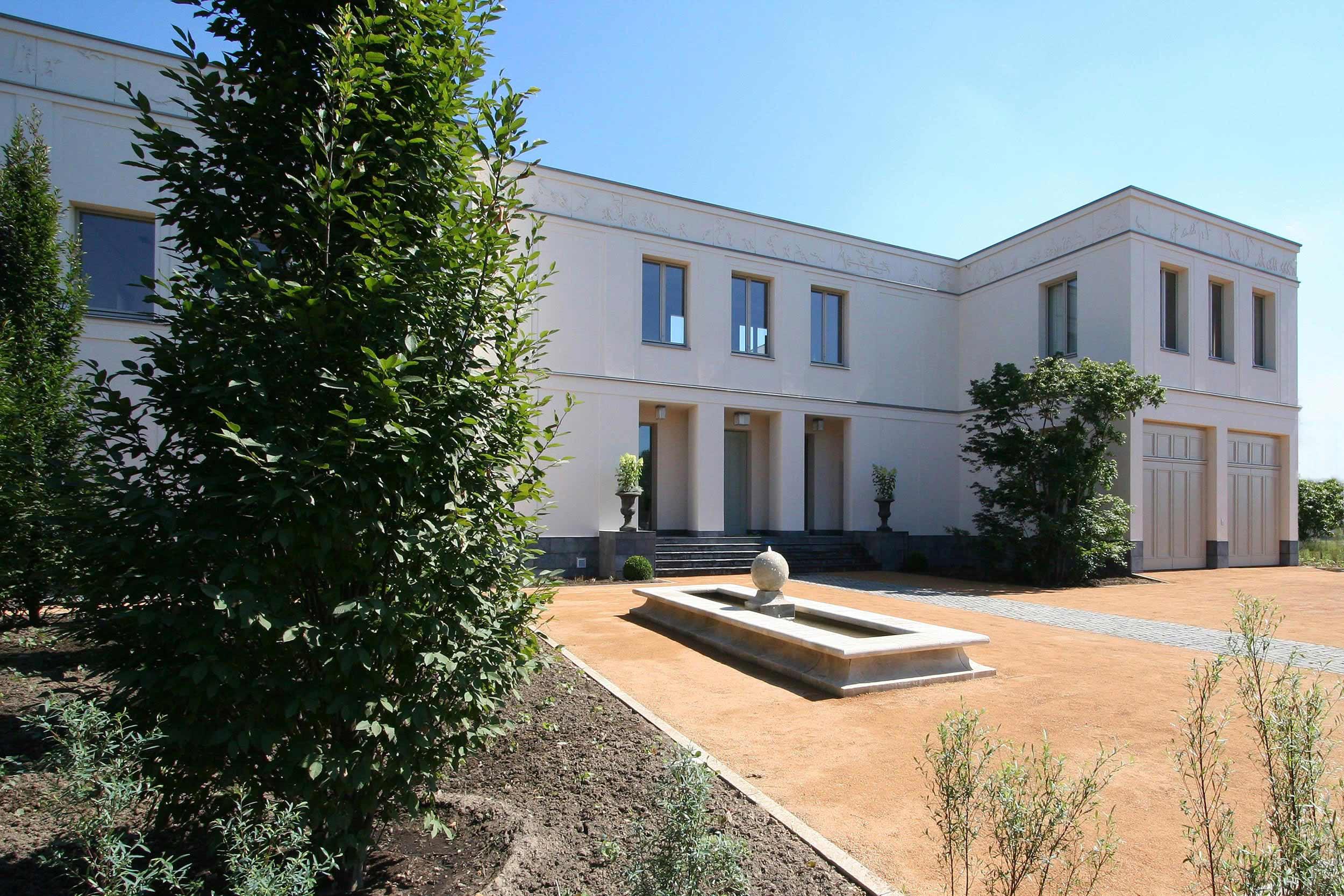 KLASSIK UND TRADITION - Neubau klassizistische Villa - Das Eingangsportal mit klassischer Säulenstellung und dekorativem Attikafries.