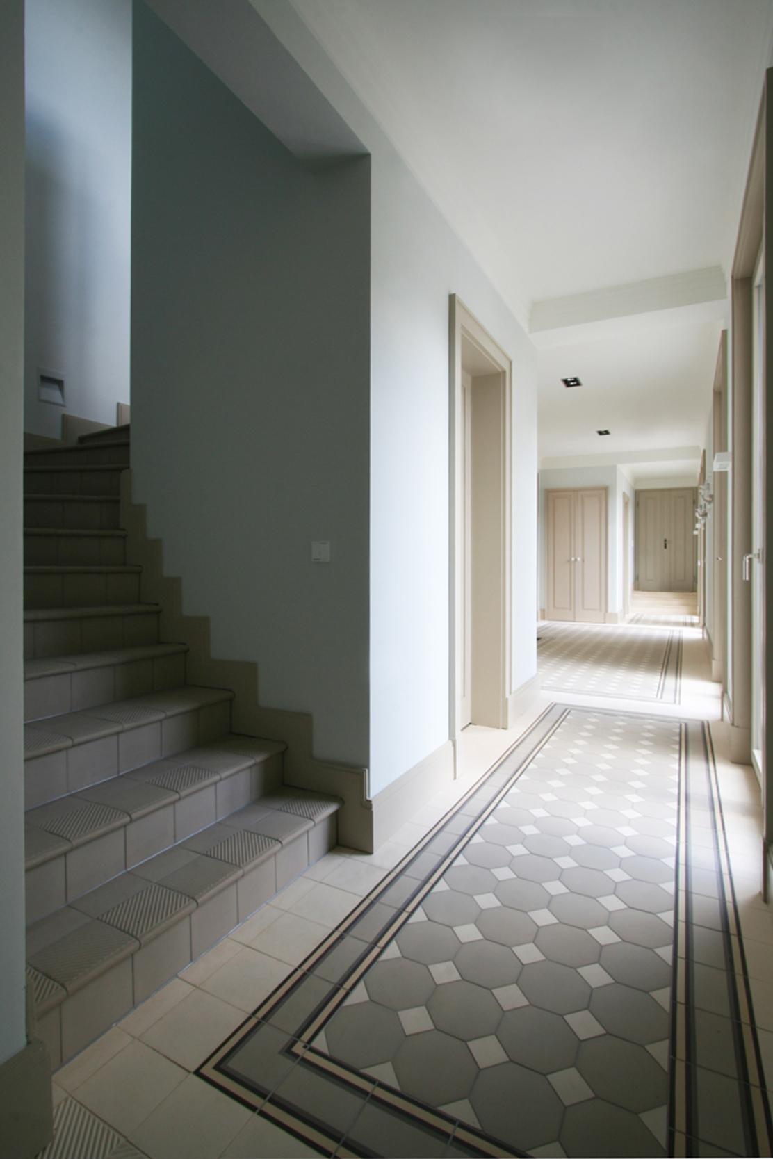 KLASSIK UND TRADITION - Neubau klassizistische Villa - Das helle Entree mit handgefertigten Mosaikziegeln von Golem Formziegel.