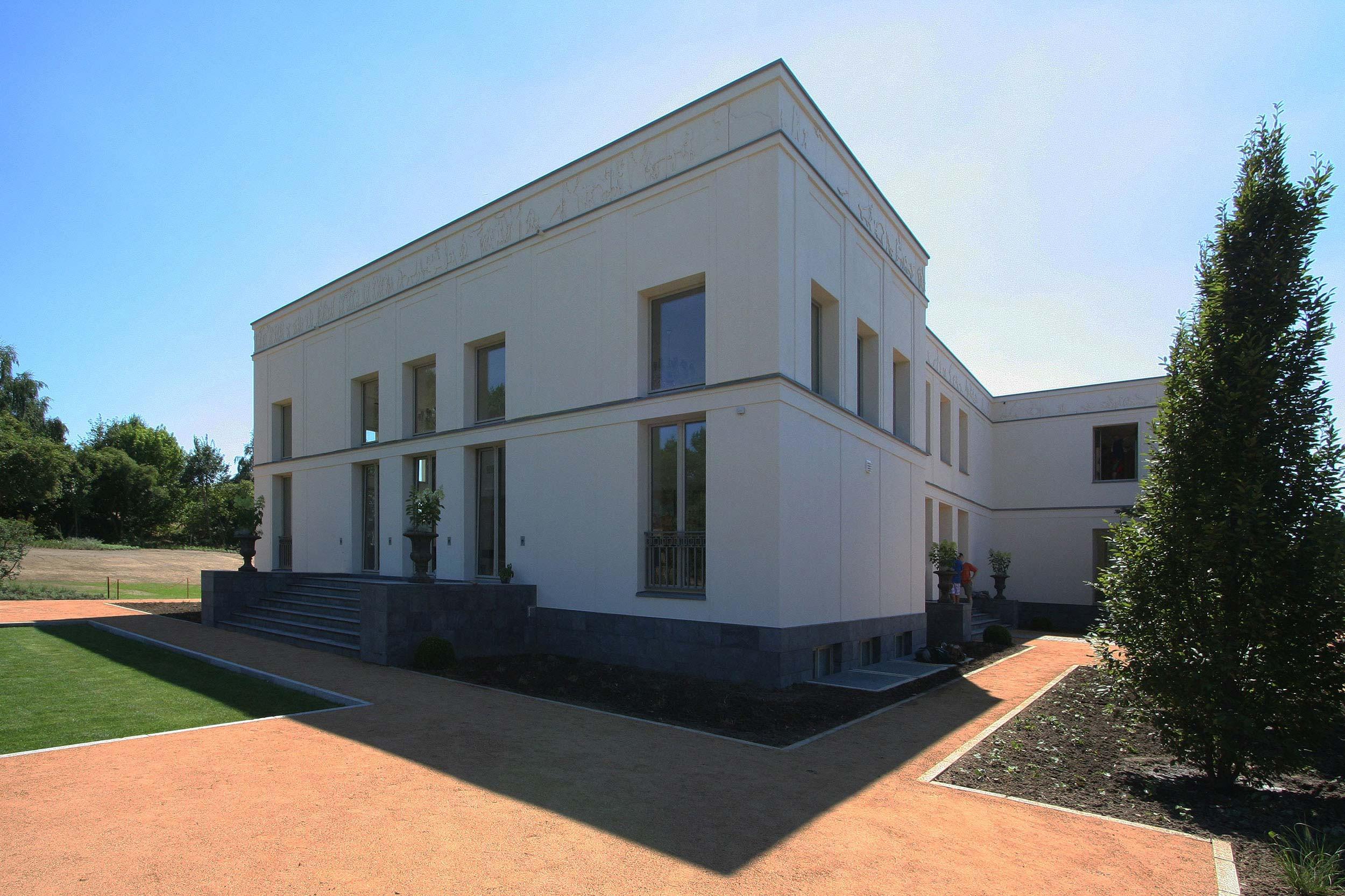 KLASSIK UND TRADITION - Neubau klassizistische Villa - Sandwege binden die Villa in den Garten und die Landschaft ein.