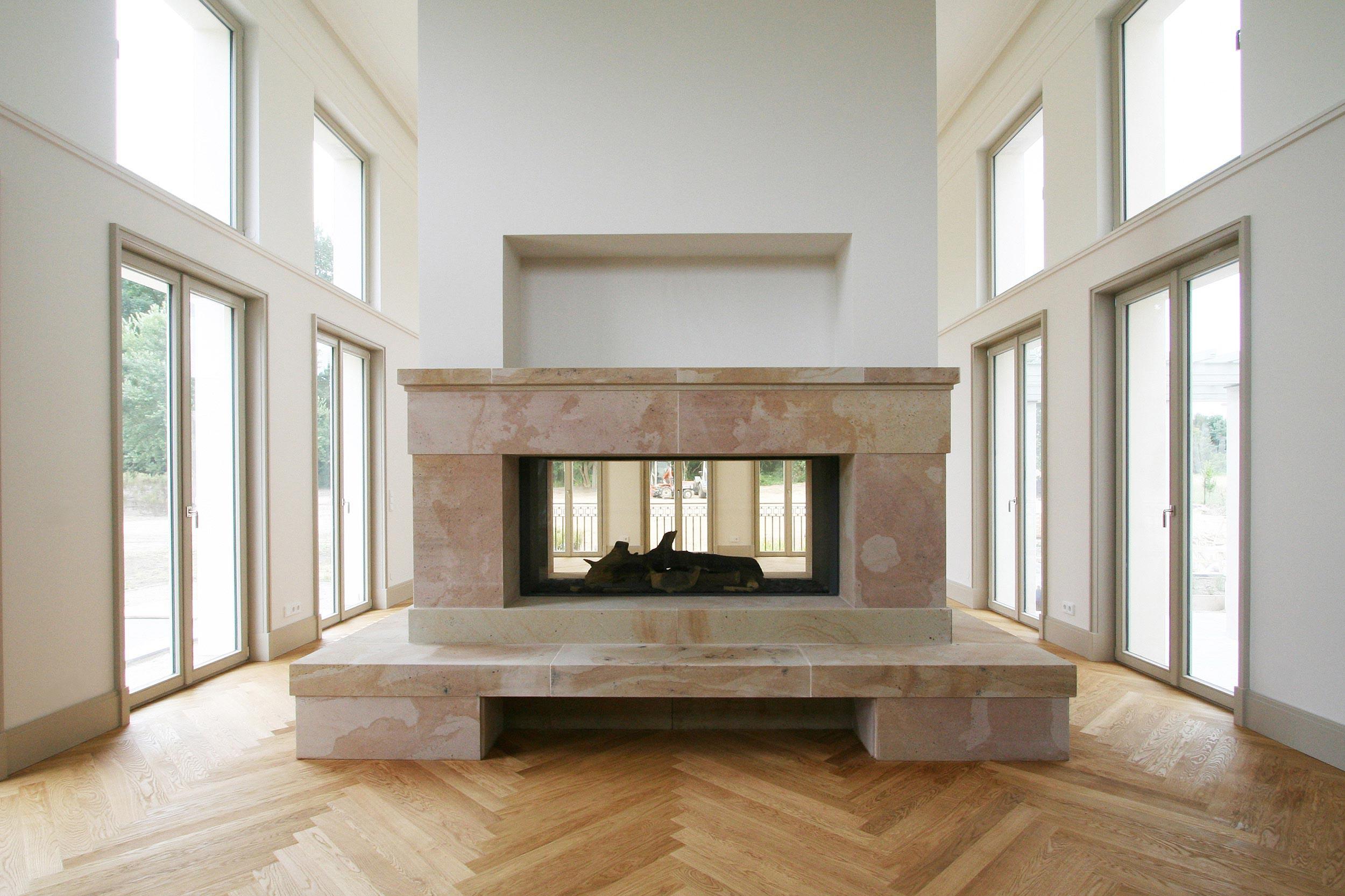 KLASSIK UND TRADITION - Neubau klassizistische Villa - Der Kamin mit einer Natursteinverkleidung aus Buntsandstein.