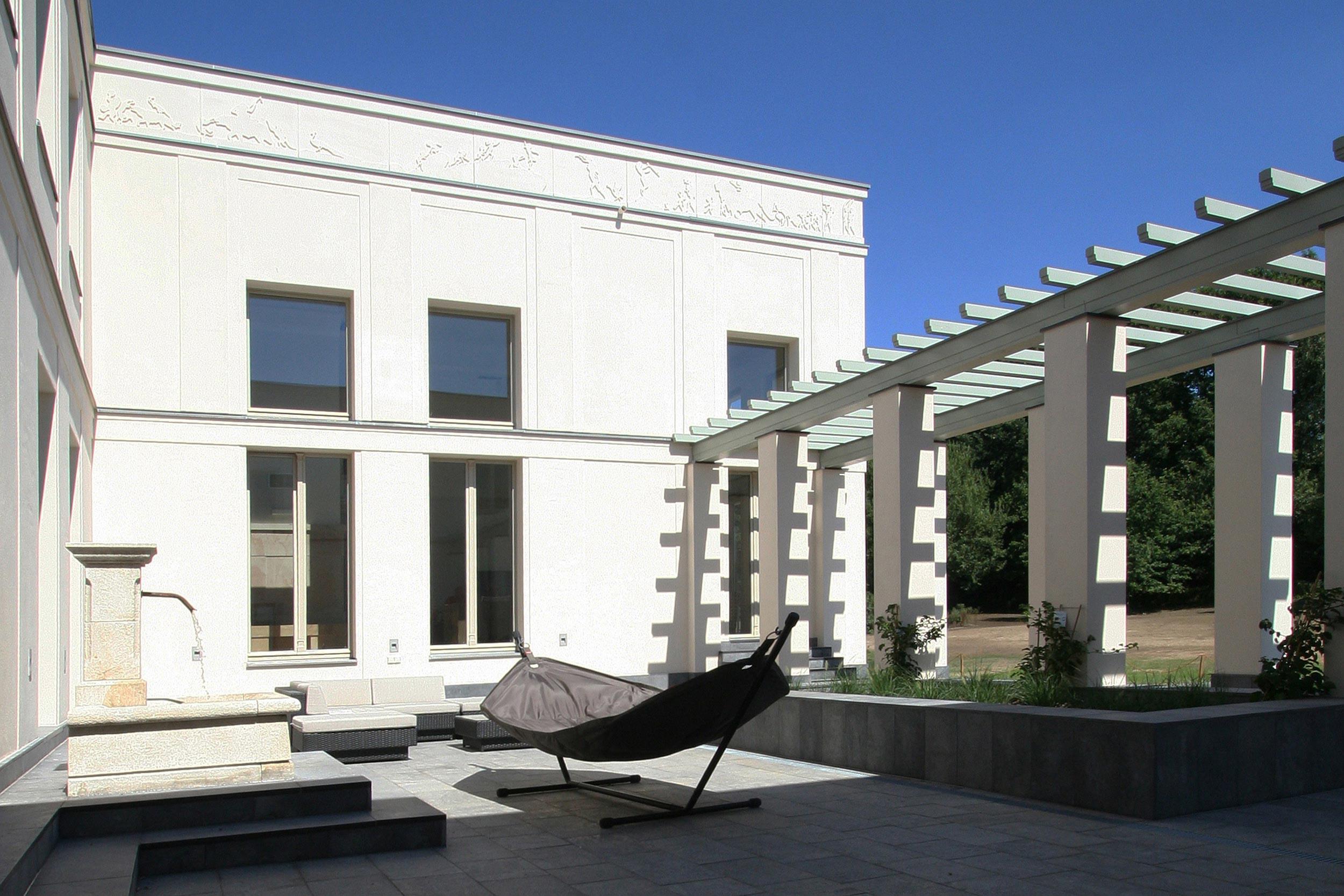 KLASSIK UND TRADITION - Neubau klassizistische Villa - Der Innenhof hat mediteranes Flair und ist mit einer Pergola eingefasst.